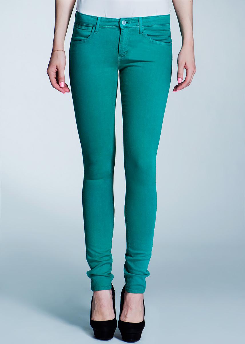 Джинсы женские Corynn. W25FQ648W25FQ648Q_70S BlueСтильные женские джинсы Wrangler Corynn созданы специально для того, чтобы подчеркивать достоинства вашей фигуры. Модель слегка зауженного к низу кроя и заниженной посадки станет отличным дополнением к вашему современному образу. Застегиваются джинсы на пуговицу в поясе и ширинку на застежке-молнии, имеются шлевки для ремня. Спереди модель оформлены двумя втачными карманами и одним небольшим секретным кармашком, а сзади - двумя накладными карманами. Эти модные и в тоже время комфортные джинсы послужат отличным дополнением к вашему гардеробу. В них вы всегда будете чувствовать себя уютно и комфортно.