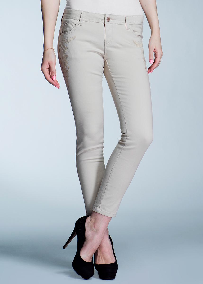 Брюки женские. 1015104110151041 64B-aqua green washedСтильные женские брюки Broadway созданы специально для того, чтобы подчеркивать достоинства вашей фигуры. Модель слегка зауженного к низу кроя и заниженной посадки станет отличным дополнением к вашему современному образу. Брюки оформлены вышивкой. Застегиваются брюки на пуговицу в поясе и ширинку на застежке-молнии, имеются шлевки для ремня. Спереди модель оформлены двумя втачными карманами и одним небольшим секретным кармашком, а сзади - двумя накладными карманами. Эти модные и в тоже время комфортные брюки послужат отличным дополнением к вашему гардеробу. В них вы всегда будете чувствовать себя уютно и комфортно.