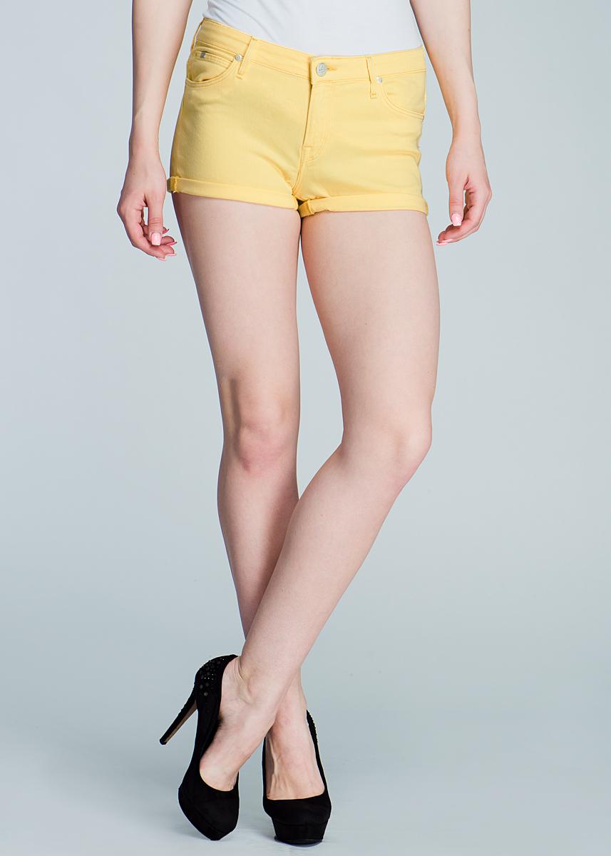 ШортыL37AFR75Стильные женские шорты Lee New Hotpant созданы специально для того, чтобы подчеркивать достоинства вашей фигуры. Модель средней посадки станет отличным дополнением к вашему современному образу. Застегиваются шорты на пуговицу в поясе и ширинку на застежке-молнии, имеются шлевки для ремня. Спереди модель оформлена двумя втачными карманами и одним небольшим секретным кармашком, а сзади - двумя накладными карманами. Эти модные и в тоже время комфортные шорты послужат отличным дополнением к вашему гардеробу. В них вы всегда будете чувствовать себя уютно и комфортно.