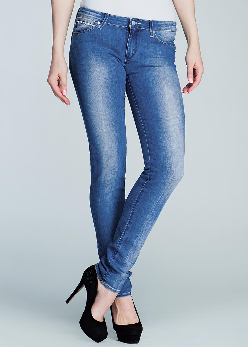 Джинсы женские Molly. W251JW251JO46A_Blue ChipСамые популярные джинсы в линейке Wrangler: для молодых и следящих за модой. Стильные женские джинсы Wrangler Molly высочайшего качества, созданы специально для того, чтобы подчеркивать достоинства вашей фигуры. Модель узкого кроя и заниженной посадки станет отличным дополнением к вашему современному образу. Джинсы дополнены на заднем кармане кожаной нашивкой с логотипом бренда. Застегиваются джинсы на пуговицу и ширинку на застежке-молнии, имеются шлевки для ремня. Спереди модель оформлены двумя втачными карманами и одним небольшим секретным кармашком, а сзади - двумя накладными карманами. Эти модные и в тоже время комфортные джинсы послужат отличным дополнением к вашему гардеробу. В них вы всегда будете чувствовать себя уютно и комфортно.