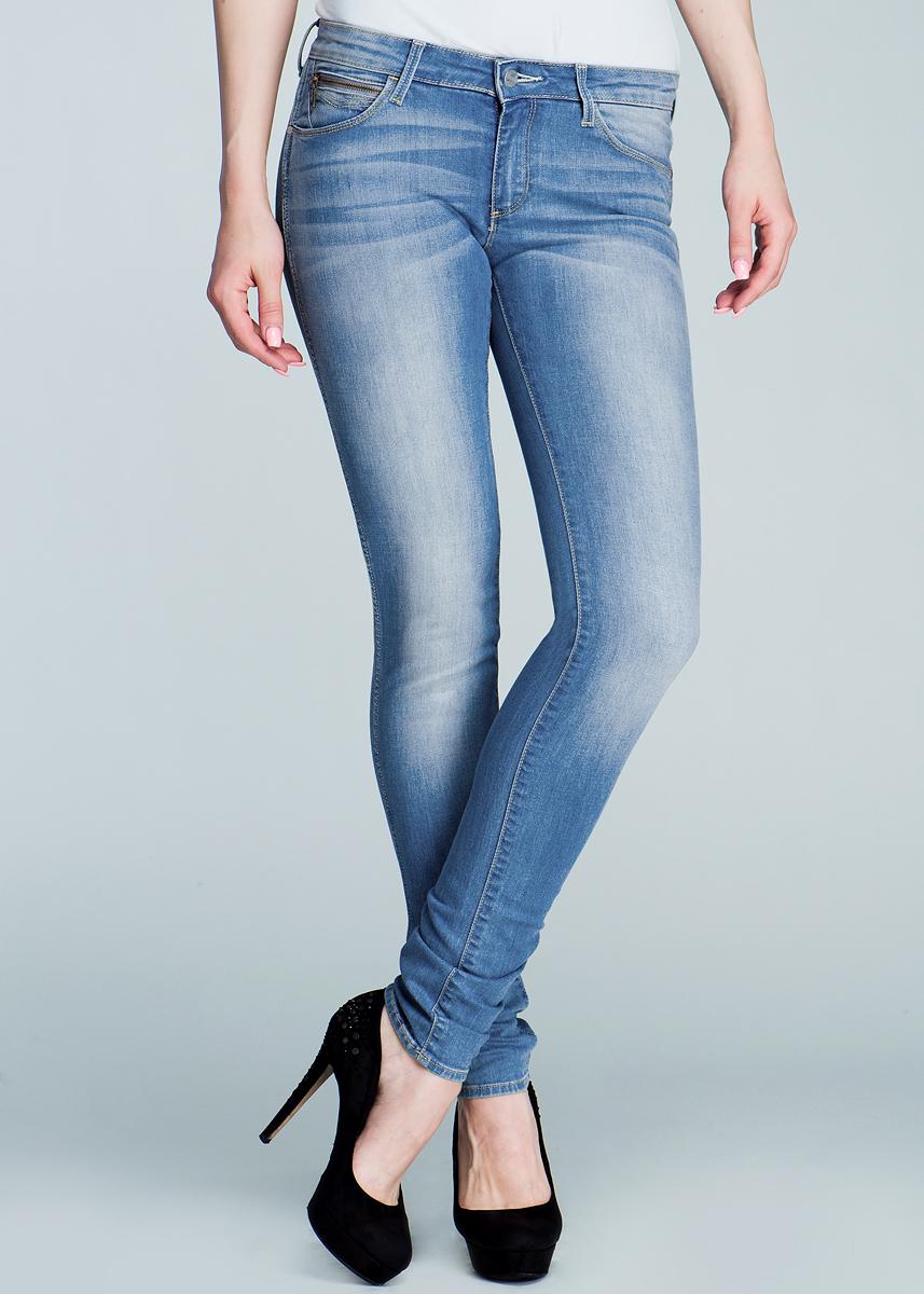 Джинсы женские Courtney Skinny. W23SX145RW23SX145RСтильные женские джинсы Wrangler Courtney Skinny созданы специально для того, чтобы подчеркивать достоинства вашей фигуры. Модель зауженного к низу кроя и заниженной посадки станет отличным дополнением к вашему современному образу. Застегиваются джинсы на пуговицу в поясе и ширинку на застежке-молнии, имеются шлевки для ремня. Спереди модель оформлены двумя втачными карманами и одним небольшим секретным кармашком, а сзади - двумя накладными карманами. Эти модные и в тоже время комфортные джинсы послужат отличным дополнением к вашему гардеробу. В них вы всегда будете чувствовать себя уютно и комфортно.