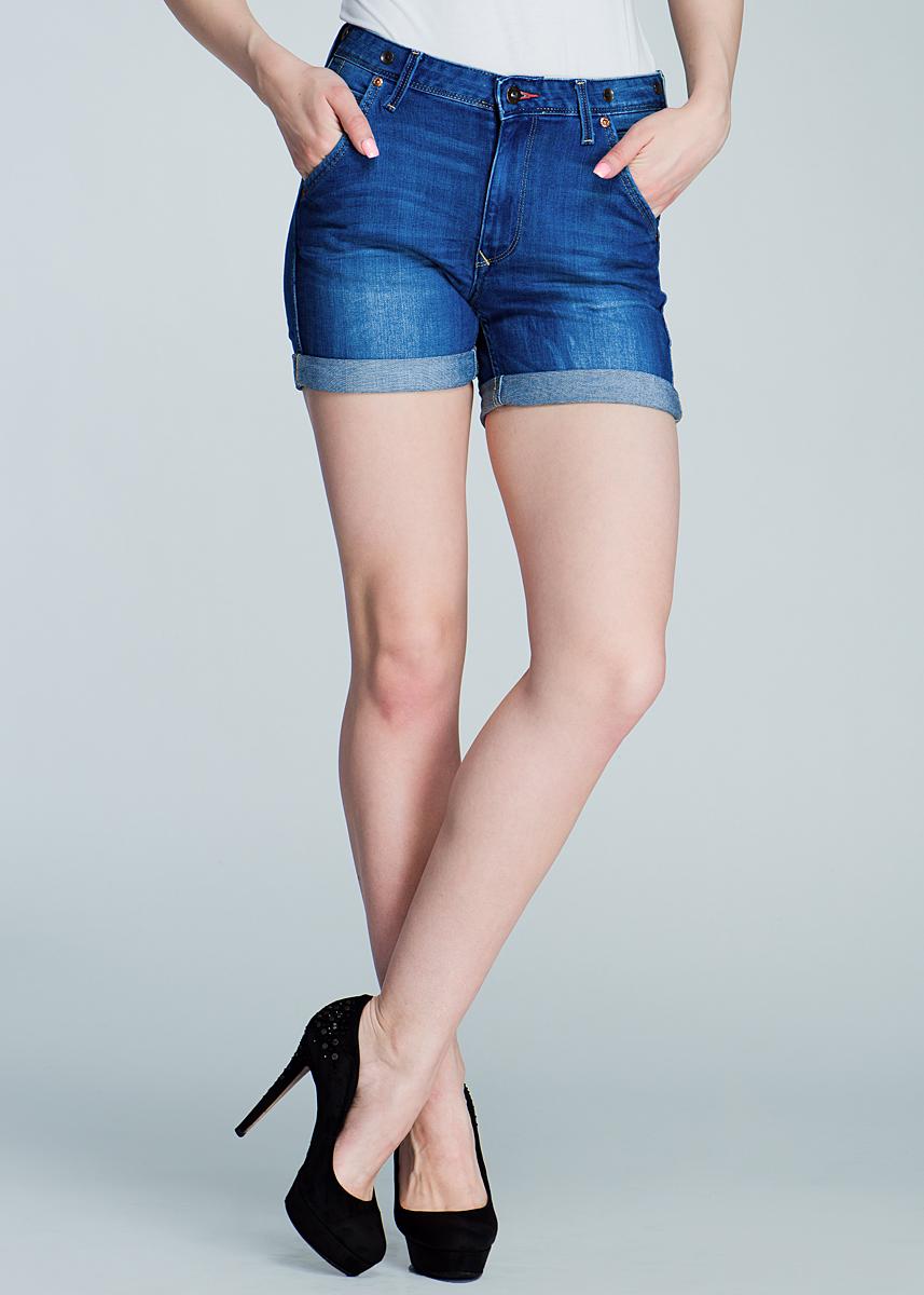 Шорты женские Logger. L37CL37CDOETСтильные женские шорты Lee Logger созданы специально для того, чтобы подчеркивать достоинства вашей фигуры. Модель завышенной посадки станет отличным дополнением к вашему современному образу. Застегиваются шорты на пуговицу в поясе и ширинку на застежке-молнии, имеются шлевки для ремня. Спереди модель оформлена двумя втачными карманами и двумя небольшими секретными кармашками, а сзади - двумя накладными карманами. Эти модные и в тоже время комфортные шорты послужат отличным дополнением к вашему гардеробу. В них вы всегда будете чувствовать себя уютно и комфортно.