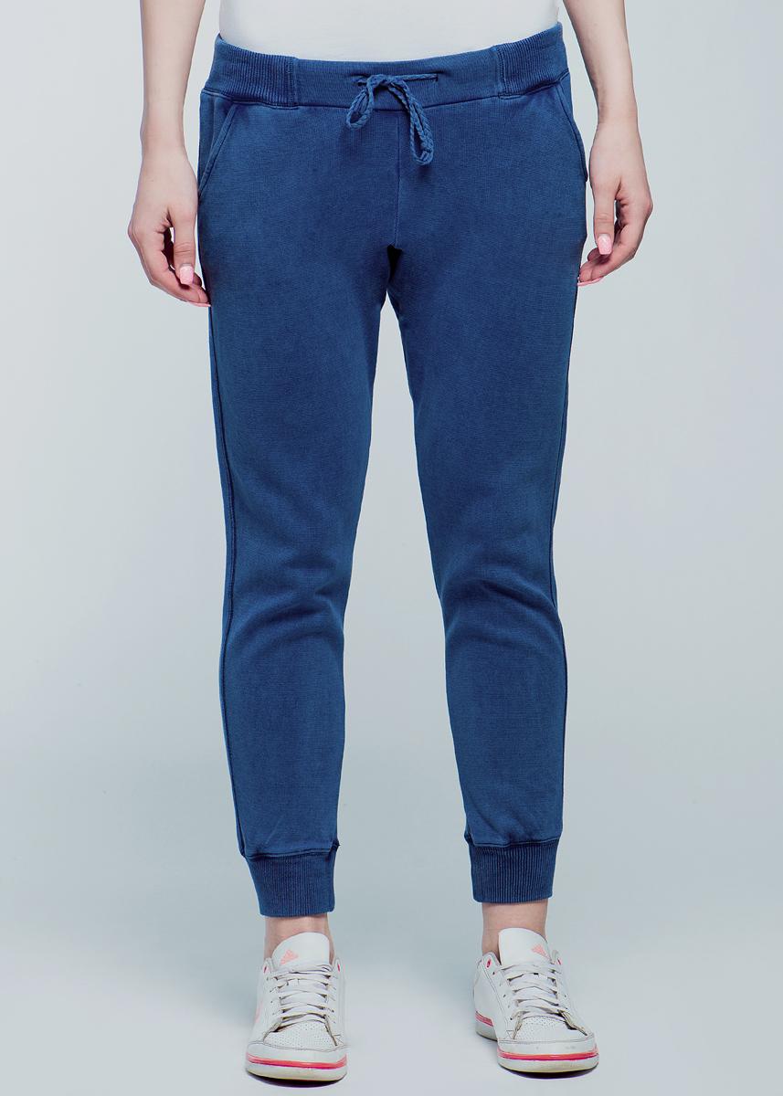 Брюки женские. 6401161.00.716401161.00.71Практичные женские брюки TOM TAILOR, изготовленные из хлопка, мягкие и приятные на ощупь и обеспечивают наибольший комфорт. Брюки с широким поясом из эластичной резинки, имеют два прорезных кармашка спереди и два кармана-обманки сзади. Затягиваются на потайные завязки. Эти модные и в то же время комфортные брюки - отличный вариант как для активного, домашнего отдыха, так и для занятий спортом!
