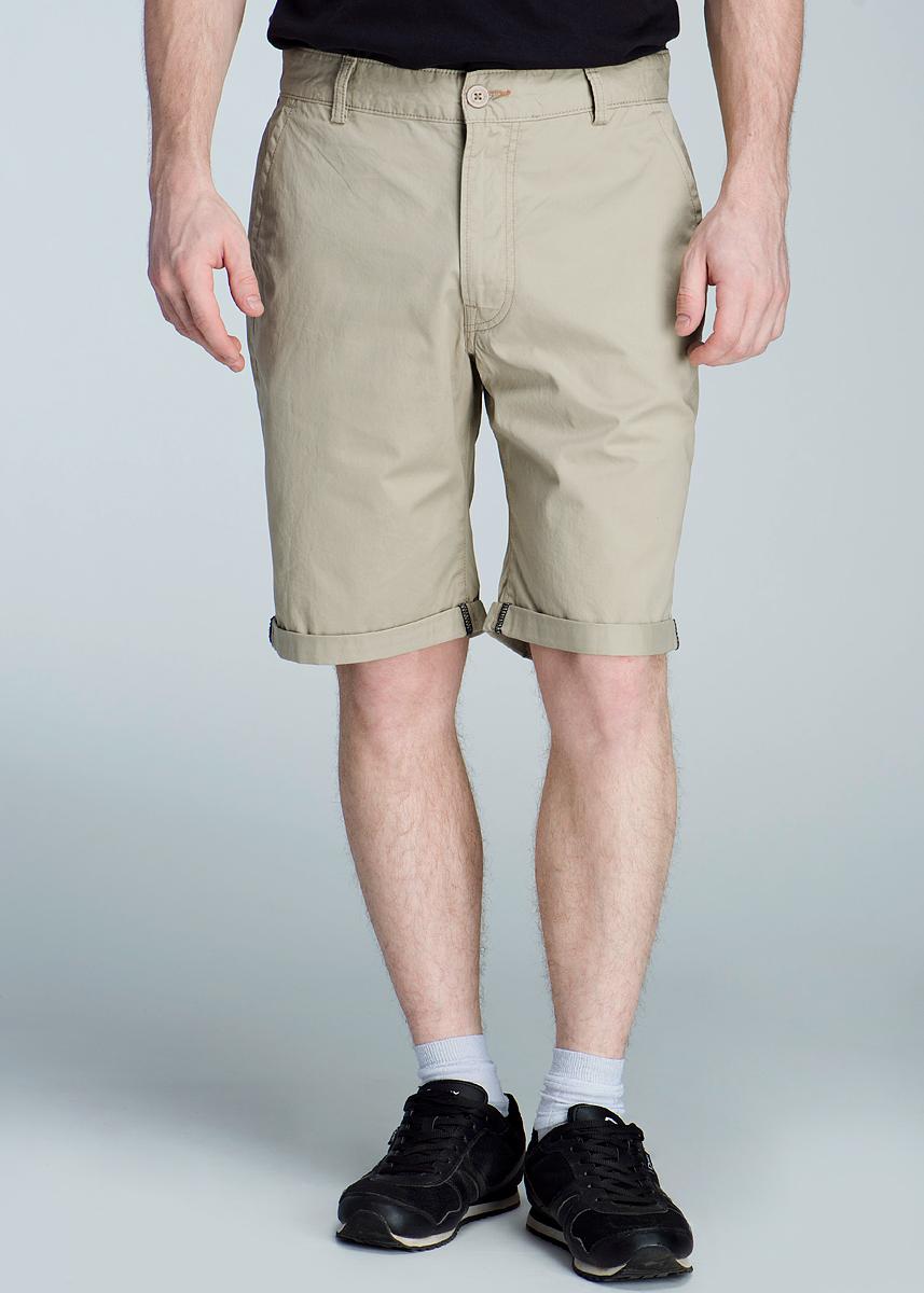 Шорты мужские Chino. L70AFTL70AFT11Симпатичные мужские шорты Lee Chino выполнены из высококачественного материала. Модель прямого кроя и средней посадки не сковывают движения. Застегиваются шорты на пуговицу в поясе и ширинку на застежке-молнии, имеются шлевки для ремня. Спереди модель оформлены двумя втачными карманами с косыми срезами, а сзади также двумя втачными карманами. Эти модные и в тоже время комфортные шорты послужат отличным дополнением к вашему гардеробу. В них вы всегда будете чувствовать себя уютно и комфортно.