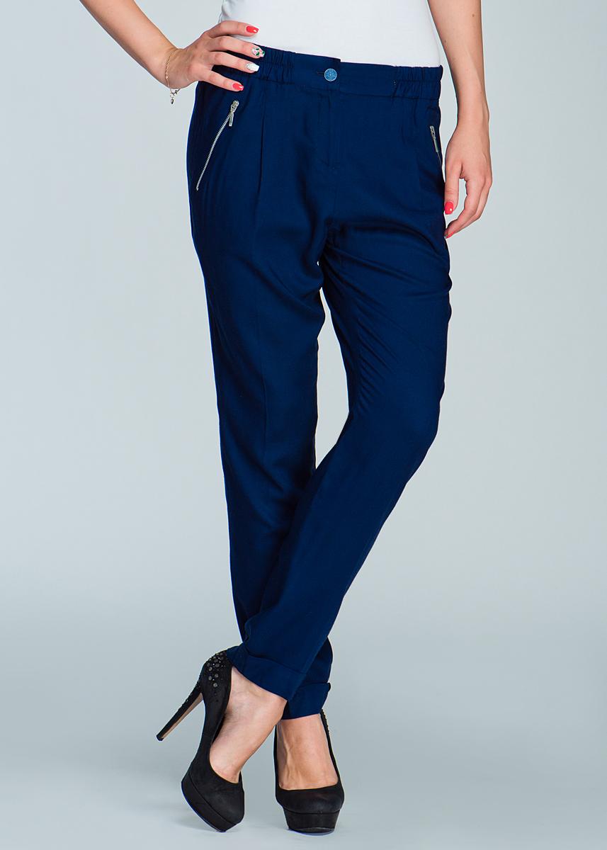 Брюки женские. 2465P072465P07Стильные женские брюки Viriato, выполненные из высококачественного материала, подходят большинству женщин. Модель зауженного к низу кроя и средней посадки станет отличным дополнением к вашему современному образу. На талии брюки застегиваются на пуговицу, также имеется ширинка на металлической застежке-молнии. Спереди модель оформлена двумя втачными карманами с косыми краями на молнии. Эти модные и в тоже время комфортные брюки послужат отличным дополнением к вашему гардеробу. Они прекрасно подойдут девушке, стремящейся всегда оставаться стильной и элегантной.