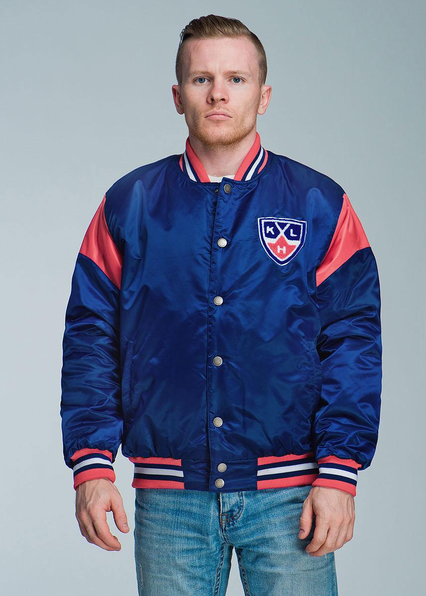 Куртка с логотипом ХК270500Спортивная мужская куртка Atributika & Club подчеркнет вашу индивидуальность. Модель с воротником-стойкой застегивается на металлические кнопки. Спереди куртка дополнена двумя прорезными карманами, застегивающимися на кнопки. Ворот куртки, манжеты рукавов и низ изделия дополнены эластичной трикотажной резинкой, которая препятствует проникновению холодного воздуха. Имеются два внутренних прорезных кармана для документов. Модель оформлена контрастными вставками, цветными полосами на резинках и вышивкой на груди в виде логотипа КХЛ. Такая куртка станет прекрасным дополнением к гардеробу хоккейного болельщика!