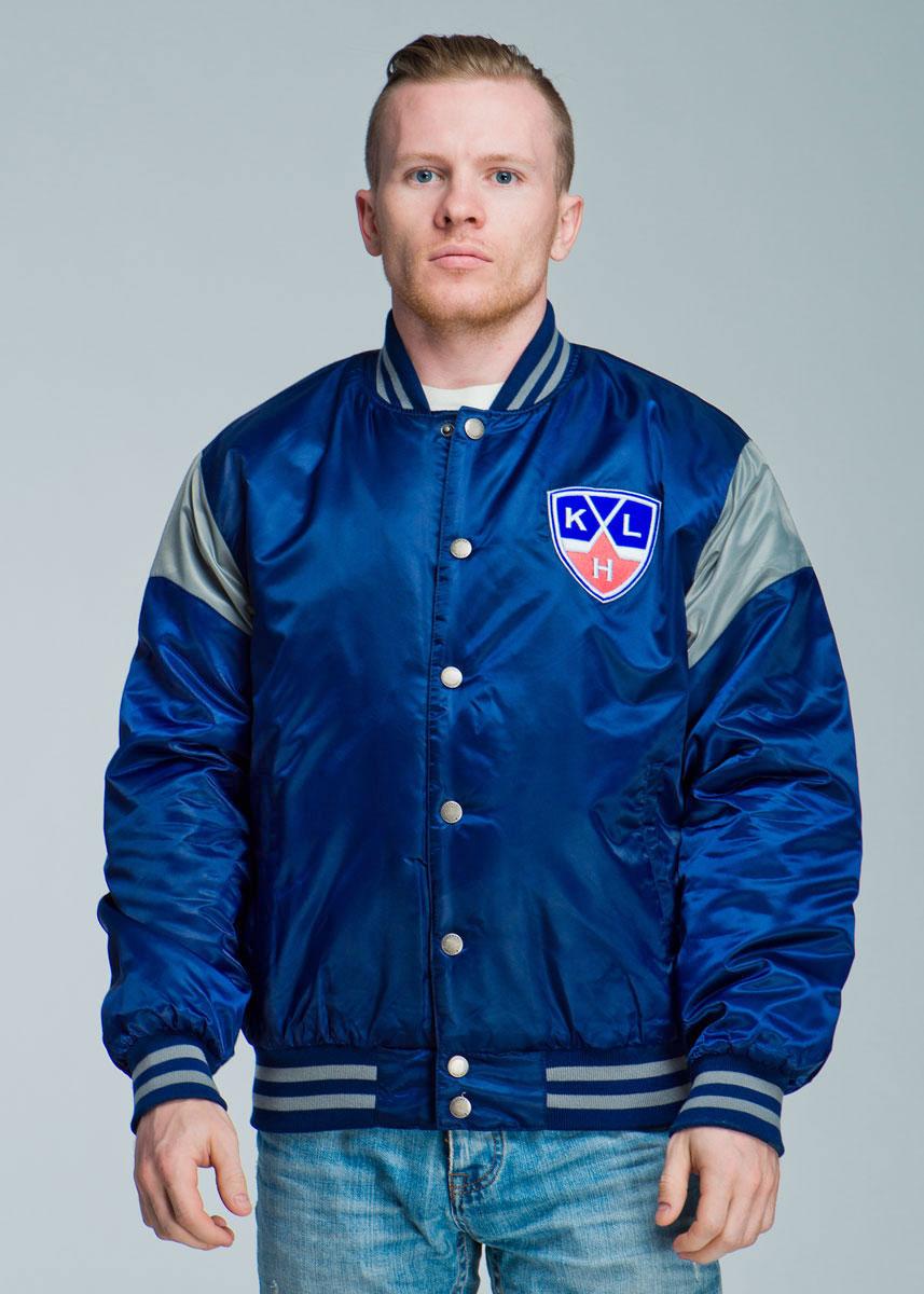 Куртка с логотипом ХК270520Спортивная мужская куртка Atributika & Club подчеркнет вашу индивидуальность. Модель с воротником-стойкой застегивается на металлические кнопки. Спереди куртка дополнена двумя прорезными карманами, застегивающимися на кнопки. Ворот куртки, манжеты рукавов и низ изделия дополнены эластичной трикотажной резинкой, которая препятствует проникновению холодного воздуха. Имеются два внутренних прорезных кармана для документов. Модель оформлена контрастными вставками, полосами на резинках и вышивкой логотипа «KHL» на груди. Такая куртка станет прекрасным дополнением к гардеробу хоккейного болельщика!