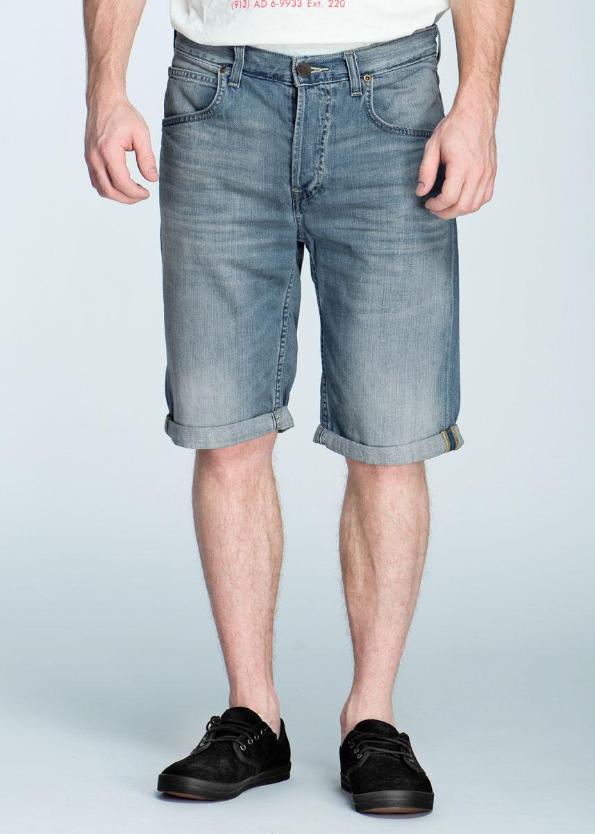 Шорты мужские 5 Pocket. L724DEAXL724DEAXСтильные мужские шорты Lee 5 Pocket, изготовленные из высококачественного материала, необычайно мягкие и приятные на ощупь, не сковывают движения, обеспечивая наибольший комфорт. Модель прекрасно сочетается как с рубашкой, так и с футболкой, придающая образу легкую небрежность. Все эти стили дарят невероятно расслабленное настроение и комфорт. Модель средней посадки застегивается на пуговицы, имеются шлевки для ремня. Спереди шорты дополнены двумя втачными карманами и одним небольшим секретным кармашком, сзади имеются два накладных кармана. Прекрасный выбор для создания динамичного городского образа.