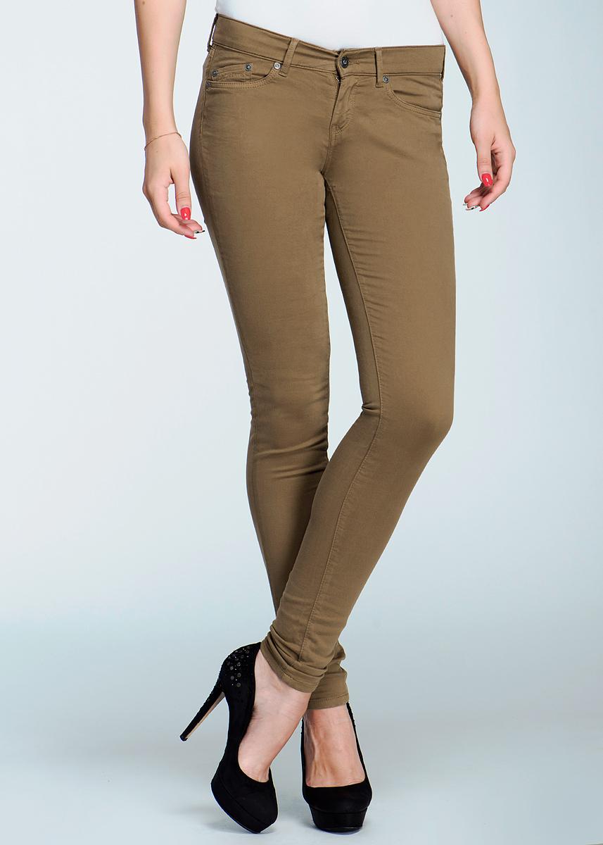 Брюки женские Pixie. PL210004T412PL210004T412Стильные женские брюки Pepe Jeans Pixie высочайшего качества, созданы специально для того, чтобы подчеркивать достоинства вашей фигуры. Модель-скинни станет отличным дополнением к вашему современному образу. Застегиваются брюки на пуговицу в поясе и ширинку на застежке-молнии, имеются шлевки для ремня. Модель имеет классический пятикарманный крой: спереди - два втачных кармана и один маленький накладной кармашек, а сзади - два накладных кармана. Эти модные и в тоже время комфортные брюки послужат отличным дополнением к вашему гардеробу. В них вы всегда будете чувствовать себя уютно и комфортно.