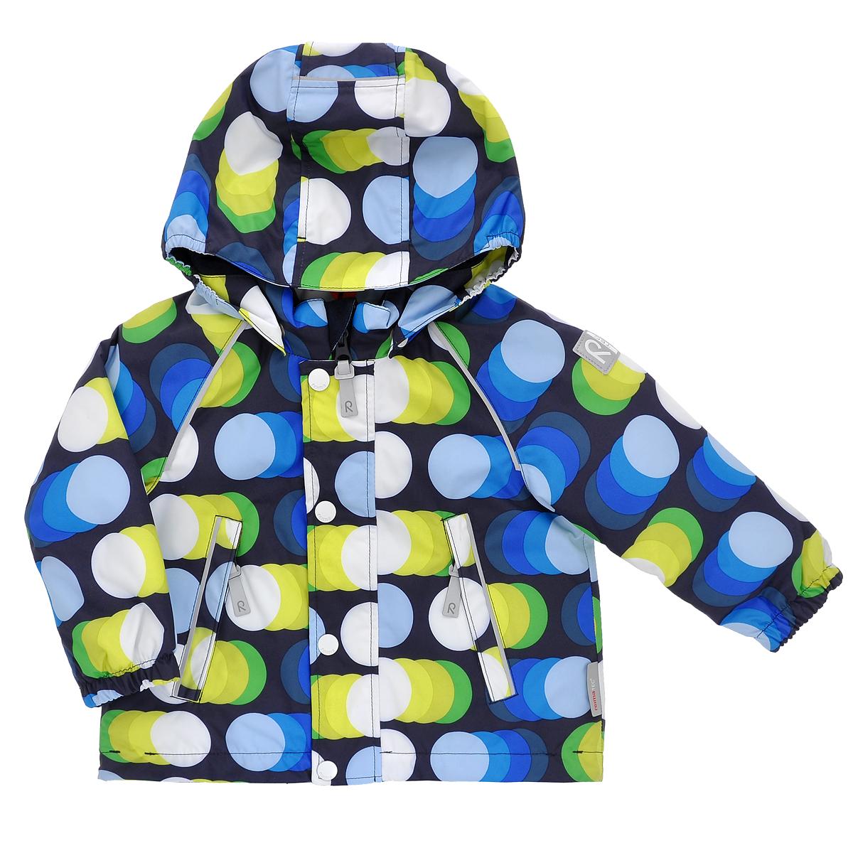 Куртка511140_6651Детская куртка Reimatec идеально подойдет для ребенка в прохладное время года. Куртка изготовлена из водоотталкивающей и ветрозащитной мембранной ткани. Материал отличается высокой устойчивостью к трению, благодаря специальной обработке полиуретаном поверхность изделия отталкивает грязь и воду, что облегчает поддержание аккуратного вида одежды, дышащее покрытие с изнаночной части не раздражает даже самую нежную и чувствительную кожу ребенка, обеспечивая ему наибольший комфорт. Куртка с удлиненной спинкой и капюшоном застегивается на пластиковую застежку-молнию с защитой подбородка, благодаря чему ее легко надевать и снимать, и дополнительно имеет ветрозащитный клапан на кнопках. Капюшон, присборенный по бокам, защитит нежные щечки от ветра, он пристегивается к куртке при помощи кнопок. Края рукавов дополнены неширокими эластичными манжетами, которые мягко обхватывают запястья. Мягкая подкладка на воротнике, капюшоне и манжетах обеспечивает дополнительный комфорт. По бокам...