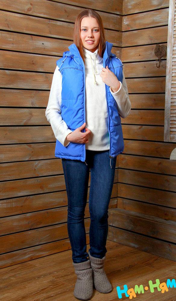 902.1Утепленный женский жилет Ням-Ням с универсальной слинговставкой, изготовленный из непромокаемой плащевой ткани с наполнителем из изософта на подкладке из мягкого флиса, - эффектен для мамы, комфортен - для ребенка. Элегантная и простая модель, при этом функциональна. Универсальная слинговставка с регулируемым объемом (эластичной кулиской со стоппером) позволяет использовать жилет на любом сроке беременности, а также носить малыша в слинге. Капюшон защитит вас от ветра, при желании его можно отстегнуть. Карманы застегиваются на застежки-молнию. Светоотражающий кант обеспечит вам дополнительную безопасность на дороге в темное время суток.