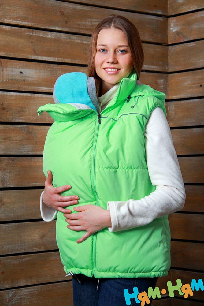 Жилет утепленный902.1Утепленный женский жилет Ням-Ням с универсальной слинговставкой, изготовленный из непромокаемой плащевой ткани с наполнителем из изософта на подкладке из мягкого флиса, - эффектен для мамы, комфортен - для ребенка. Элегантная и простая модель, при этом функциональна. Универсальная слинговставка с регулируемым объемом (эластичной кулиской со стоппером) позволяет использовать жилет на любом сроке беременности, а также носить малыша в слинге. Капюшон защитит вас от ветра, при желании его можно отстегнуть. Карманы застегиваются на застежки-молнию. Светоотражающий кант обеспечит вам дополнительную безопасность на дороге в темное время суток.
