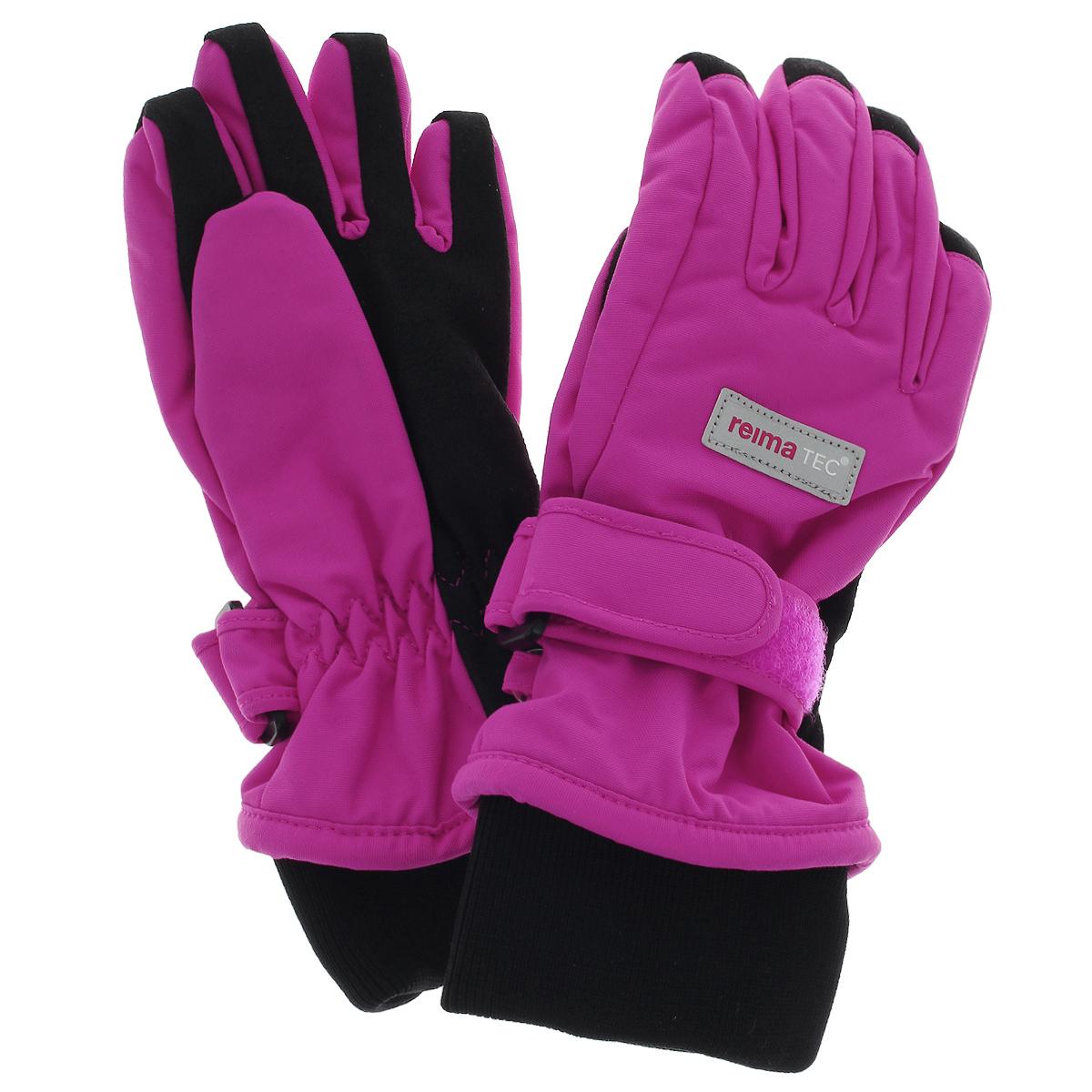 Перчатки детские. 527163527163_9990Детские перчатки Reimatec, изготовленные из мембранной ткани с водо- и ветрозащитным покрытием, станут идеальным вариантом для холодной зимней погоды. На подкладке используется мягкий флис, который хорошо удерживает тепло. Для большего удобства на запястьях перчатки дополнены эластичными трикотажными манжетами и хлястиками на липучках с внешней стороны, а на ладошках, кончиках пальцев и с внутренней стороны большого пальца - усиленными вставками Hipora. С внешней стороны перчатки оформлены светоотражающими нашивками в виде фирменного логотипа бренда.