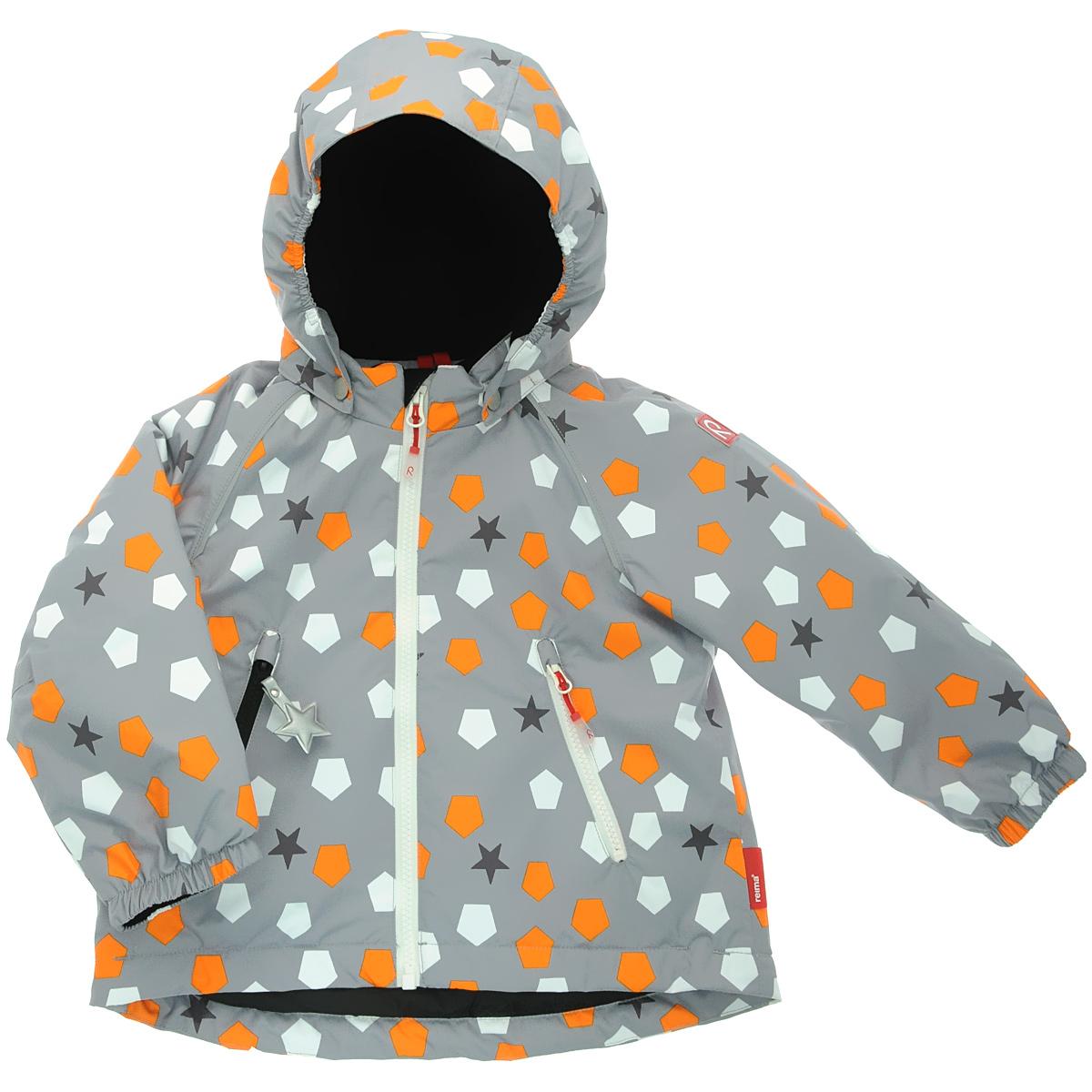 Куртка511146-6512Теплая детская куртка Reima Kiddo Grumium идеально подойдет для ребенка в холодное время года. Куртка изготовлена из водоотталкивающей и ветрозащитной мембранной ткани с утеплителем из синтепона. Материал отличается высокой устойчивостью к трению, благодаря специальной обработке полиуретаном поверхность изделия отталкивает грязь и воду, что облегчает поддержание аккуратного вида одежды, дышащее покрытие с изнаночной части не раздражает даже самую нежную и чувствительную кожу ребенка, обеспечивая ему наибольший комфорт. Куртка с удлиненной спинкой и капюшоном застегивается на пластиковую застежку-молнию, благодаря чему ее легко надевать и снимать, и дополнительно имеет ветрозащитный клапан на кнопках. Капюшон, присборенный по бокам, защитит нежные щечки от ветра, он пристегивается к куртке при помощи кнопок и застегивается под подбородком клапаном на липучке. Края рукавов оформлены эластичными манжетами. Мягкая подкладка на воротнике, манжетах и капюшоне обеспечивает...