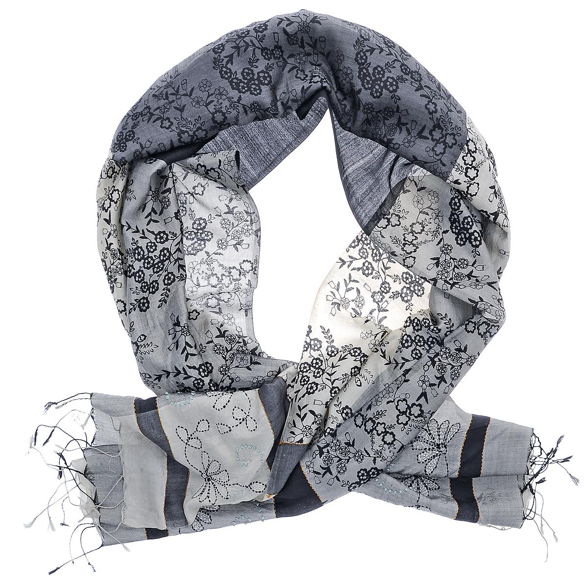 ШарфSN-EMB.PRINT/GREYПринт в виде силуэтов разнообразных листьев украшает центральную часть шелкового шарфа. Широкая контрастная полоса отделяет кайму, расшитую крупным повторяющимся рисунком.