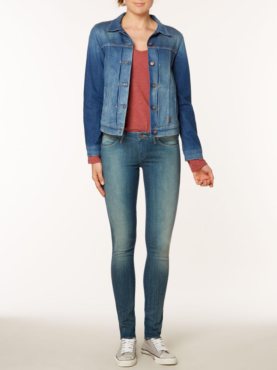 Джинсы женские Courtney Skinny. W23SJOW23SJO51EСтильные женские джинсы Wrangler Courtney Skinny созданы специально для того, чтобы подчеркивать достоинства вашей фигуры. Модель зауженного к низу кроя и заниженной посадки станет отличным дополнением к вашему современному образу. Застегиваются джинсы на пуговицу в поясе и ширинку на застежке-молнии, имеются шлевки для ремня. Спереди модель оформлены двумя втачными карманами и одним небольшим секретным кармашком, а сзади - двумя накладными карманами. Эти модные и в тоже время комфортные джинсы послужат отличным дополнением к вашему гардеробу. В них вы всегда будете чувствовать себя уютно и комфортно.
