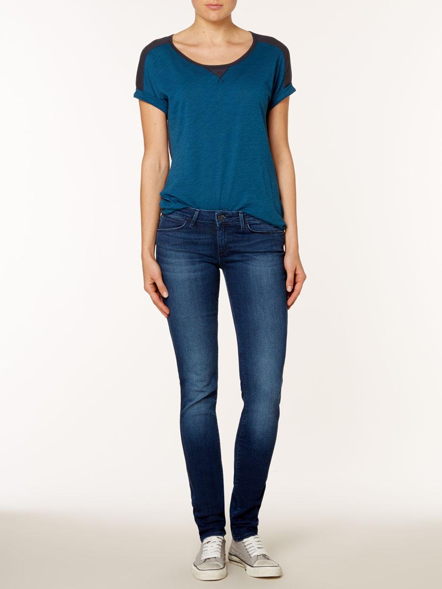 Джинсы женские Molly. W23SRW23SR442CСамые популярные джинсы в линейке Wrangler: для молодых и следящих за модой. Стильные женские джинсы Wrangler Molly высочайшего качества, созданы специально для того, чтобы подчеркивать достоинства вашей фигуры. Модель узкого кроя и заниженной посадки станет отличным дополнением к вашему современному образу. Застегиваются джинсы на пуговицу и ширинку на застежке-молнии, имеются шлевки для ремня. Спереди модель оформлены двумя втачными карманами и одним небольшим секретным кармашком, а сзади - двумя накладными карманами. Эти модные и в тоже время комфортные джинсы послужат отличным дополнением к вашему гардеробу. В них вы всегда будете чувствовать себя уютно и комфортно.