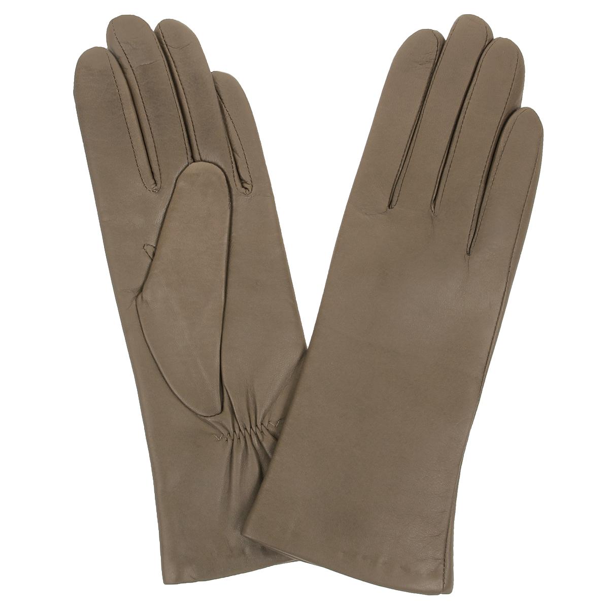 Перчатки женские. W9904W9904/10Стильные женские перчатки Baggini не только защитят ваши руки от холода, но и станут великолепным украшением. Перчатки выполнены из чрезвычайно мягкой и приятной на ощупь натуральной кожи, а их подкладка - из шерсти. На тыльной стороне есть небольшая сборка резинкой для того, чтобы перчатки лучше сидели. В настоящее время перчатки являются неотъемлемой принадлежностью одежды, вместе с этим аксессуаром вы обретаете женственность и элегантность. Перчатки станут завершающим и подчеркивающим элементом вашего стиля и неповторимости.