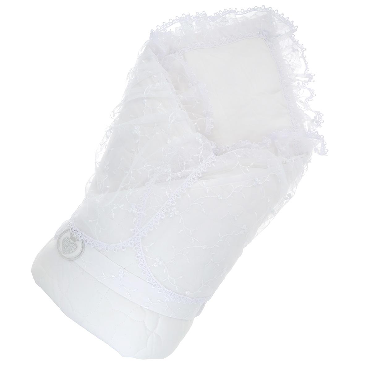 940/0Конверт-одеяло Сонный гномик Малютка прекрасно подойдет для выписки новорожденного из роддома. В дальнейшем его можно использовать во время прогулок с малышом в коляске-люльке или в качестве удобного коврика для пеленания. Конверт изготовлен из 100% хлопка на хлопковой подкладке - мягкая ткань не раздражает чувствительную и нежную кожу ребенка и хорошо вентилируется. Наполнителем служит холлкон - экологически безопасный гипоаллергенный синтетический материал, обладающий высокими теплозащитными свойствами. Конверт-одеяло складывается и фиксируется на липучку. В комплект входит эластичный поясок на липучке, украшенный оригинальной нашивкой. Верхняя часть конверта украшена вуалью с ажурной вышивкой, пристегивающуюся с помощью застежек-молний. Также конверт оформлен фигурной прострочкой. Оригинальный конверт на выписку порадует взгляд родителей и прохожих.