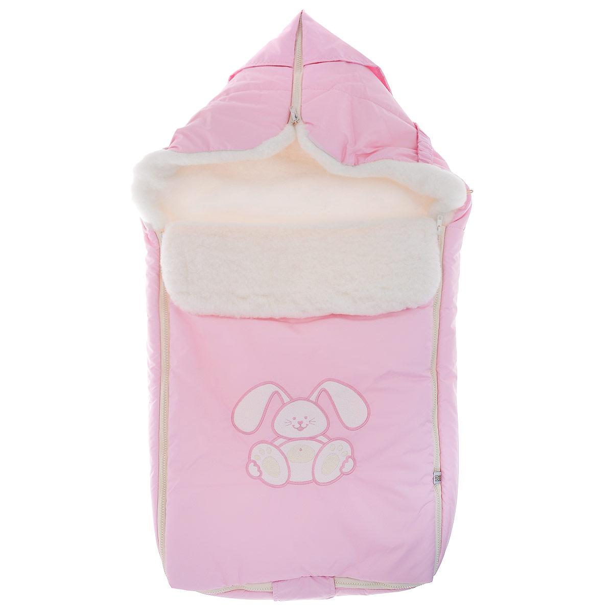 Конверт для новорожденного969/1Теплый конверт для новорожденного Сонный Гномик Зайчик идеально подойдет для ребенка в холодное время года. Конверт изготовлен из водоотталкивающей и ветрозащитной ткани Dewspo (100% полиэстер) на подкладке из шерсти с добавлением полиэстера. В качестве утеплителя используется шелтер (100% полиэстер). Шелтер (Shelter) - утеплитель нового поколения с тонкими волокнами. Его более мягкие ячейки лучше удерживают воздух, эффективнее сохраняя тепло. Более частые связи между волокнами делают утеплитель прочным и позволяют сохранить его свойства даже после многократных стирок. Утеплитель шелтер максимально защищает от холода и не стесняет движений. Верхняя часть конверта может использоваться в качестве капюшона в ветреную или холодную погоду и надеваться на спинку коляски благодаря эластичным ремешкам и вставке. С помощью застежки-молнии верх принимает вид треугольного капюшона. Пластиковая застежка-молния по бокам и нижнему краю изделия помогает с легкостью доставать малыша из...
