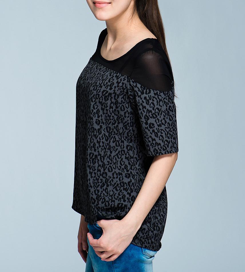 Блузка10096678Стильная женская блуза Vero Moda, выполненная из высококачественного материала, займет достойное место в вашем гардеробе. Блуза свободного кроя с рукавами до локтя, с округлым вырезом горловины оформлена леопардовым принтом и вставкой из полупрозрачного материала. Такая блуза будет дарить вам комфорт в течение всего дня и послужит замечательным дополнением к вашему образу.