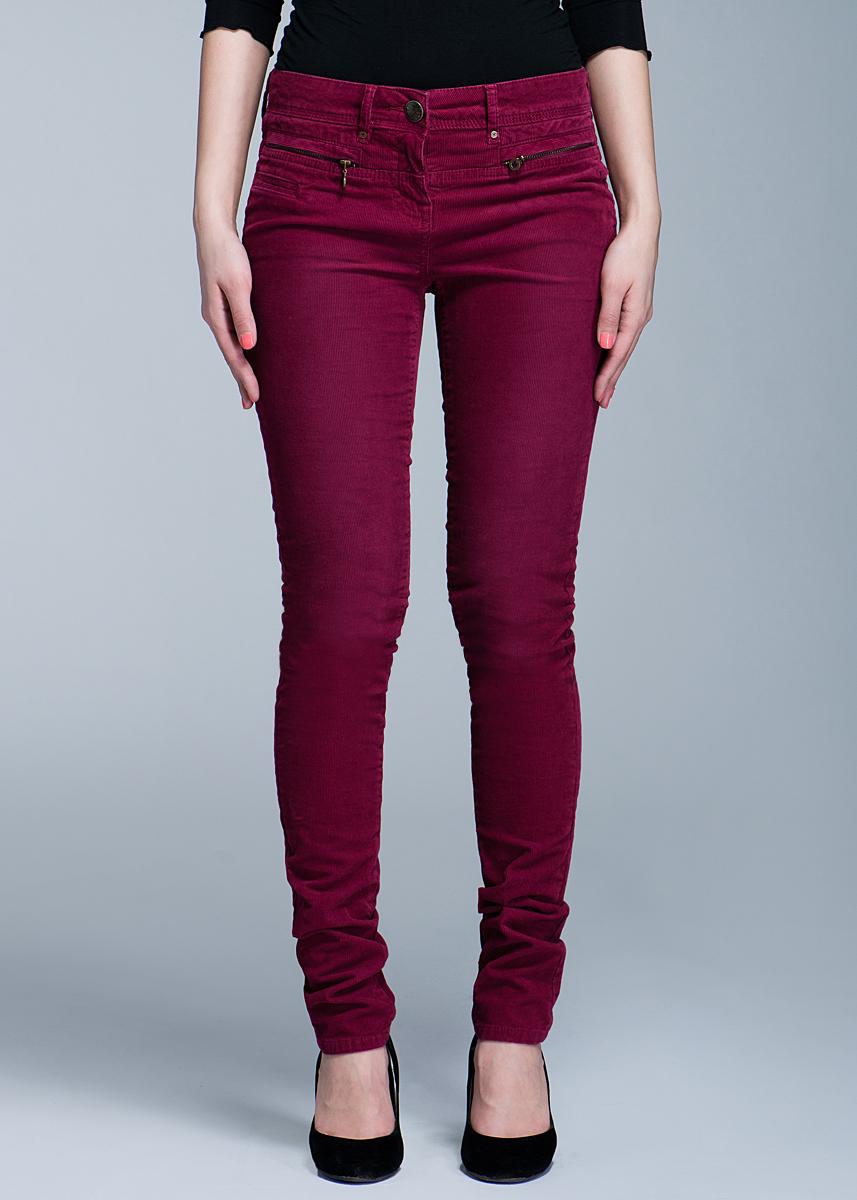 6401062.00.70Стильные женские вельветовые брюки TOM TAILOR созданы специально для того, чтобы подчеркивать достоинства вашей фигуры. Модель зауженного к низу кроя и заниженной посадки станет отличным дополнением к вашему современному образу. Застегиваются брюки на пуговицу в поясе и ширинку на застежке-молнии, имеются шлевки для ремня. Спереди модель оформлены двумя втачными карманами на застежках-молниях, а сзади - двумя накладными карманами. Эти модные и в тоже время комфортные брюки послужат отличным дополнением к вашему гардеробу. В них вы всегда будете чувствовать себя уютно и комфортно.