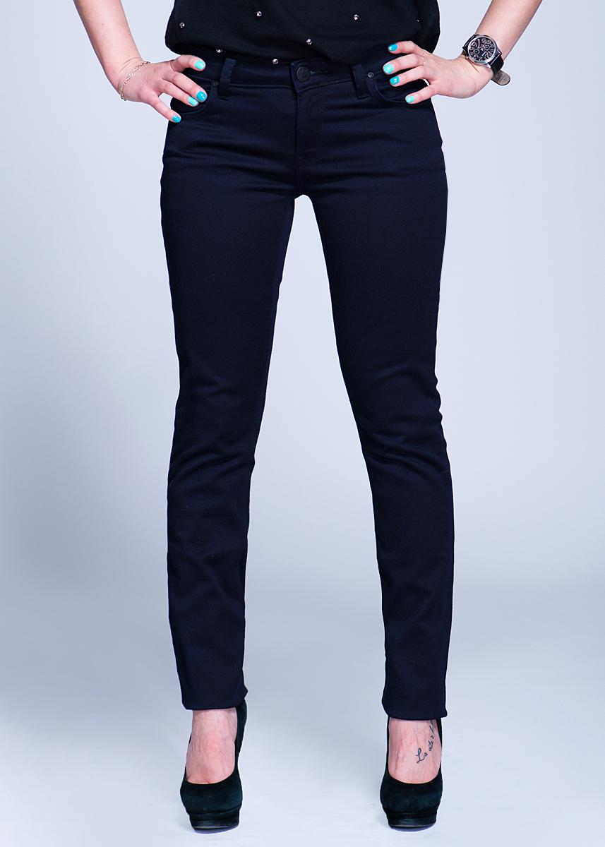 Джинсы женские Jade Seasonal. L314L314DNCZСтильные женские джинсы Lee Jade Seasonal созданы специально для того, чтобы подчеркивать достоинства вашей фигуры. Модель зауженного к низу кроя и средней посадки станет отличным дополнением к вашему современному образу. Застегиваются джинсы на пуговицу в поясе и ширинку на застежке-молнии, имеются шлевки для ремня. Спереди модель оформлены двумя втачными карманами и одним небольшим секретным кармашком, а сзади - двумя накладными карманами. Эти модные и в тоже время комфортные джинсы послужат отличным дополнением к вашему гардеробу. В них вы всегда будете чувствовать себя уютно и комфортно.
