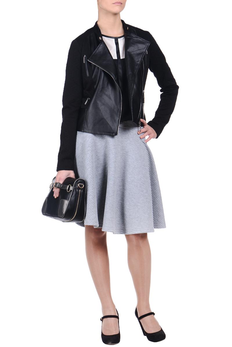 SKU0562CAСтильная женская куртка Top Secret, изготовленная из полиуретана и полиэстера с добавлением эластана на подкладке из 100% полиэстера, смотрится модно и свежо. Куртка с небольшим воротником-стойкой на кнопке застегивается на асимметричную металлическую застежку-молнию по левому краю. На груди предусмотрены две вертикальные застежки-молнии, имитирующие карманы. Понизу имеются два прорезных кармашка на застежках-молниях. Куртка оформлена фактурной поверхностью и вставками из искусственной кожи, что придает изделию оригинальность. Такая куртка обеспечит вам не только красивый внешний вид и комфорт, но и дополнительную защиту от прохладной погоды.