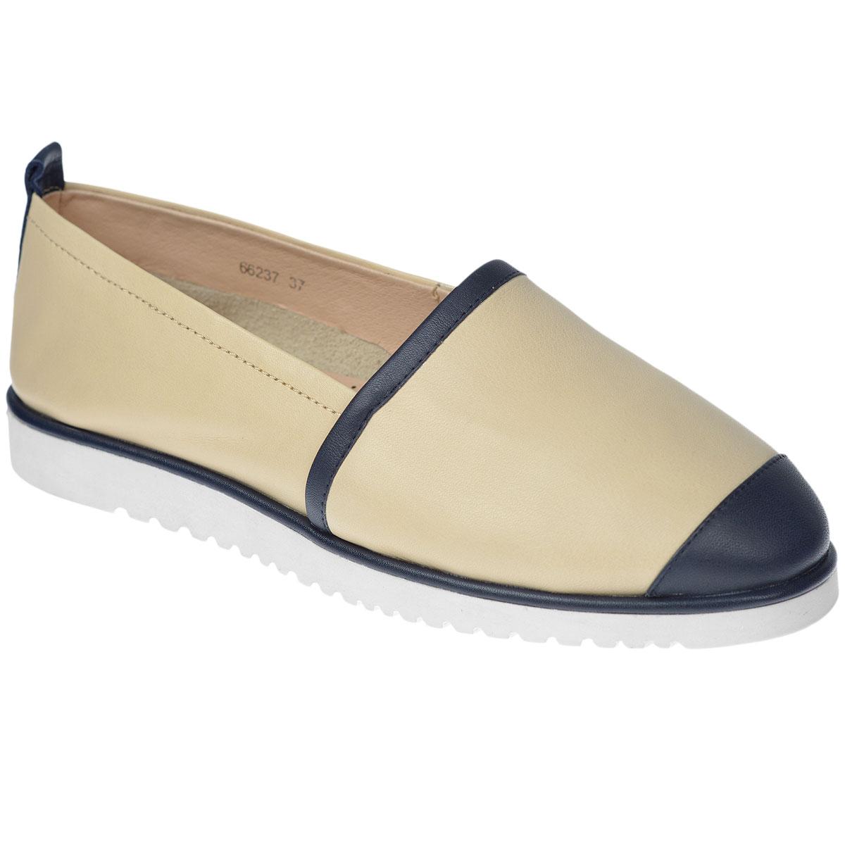 Слипоны женские. 6623766237Модные женские слипоны Vitacci покорят вас своим удобством. Модель изготовлена из натуральной кожи и декорирована вставками из кожи другого цвета на мысе, на подъеме и на заднике, задним ремнем. Боковая сторона дополнена резинкой, которая обеспечивает идеальную посадку модели на ноге. Стелька из натуральной кожи с перфорацией позволяет ногам дышать. Толстая прорезиненная подошва с противоскользящим рифлением обеспечивает отличное сцепление с любой поверхностью. В таких слипонах вашим ногам будет комфортно и уютно!