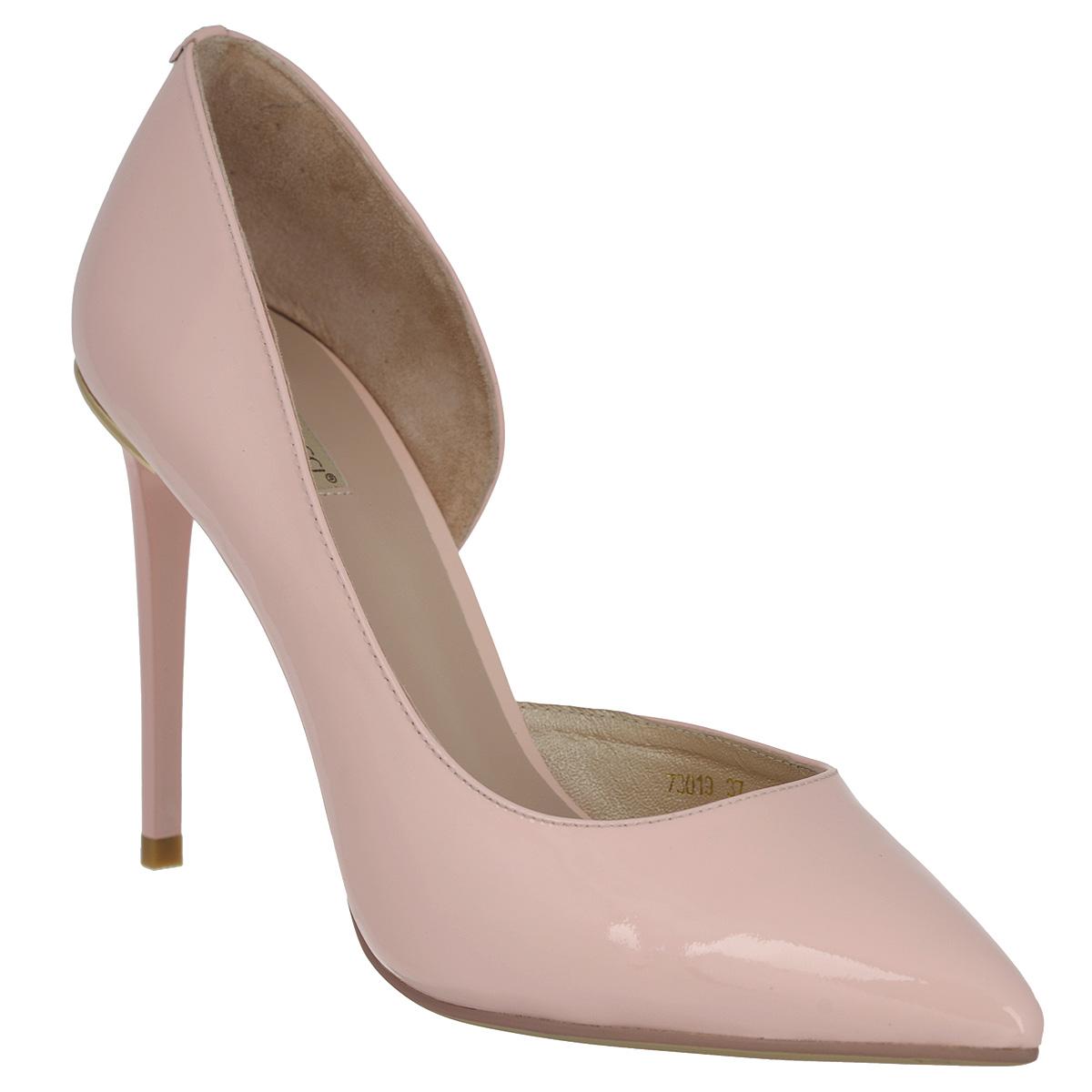 Туфли женские. 730173017Ультрамодные женские туфли Vitacci покорят вас с первого взгляда. Модель изготовлена из натуральной лакированной кожи. Задник декорирован оригинальным металлическим украшением с логотипом бренда. Одна из боковых сторон оформлена вырезом. Зауженный носок добавит женственности в ваш образ. Стелька из натуральной кожи позволит ногам дышать. Высокий каблук-шпилька компенсирован скрытой платформой. Подошва дополнена рифлением для лучшей сцепки с поверхностью. Модные туфли займут достойное место среди вашей коллекции обуви.