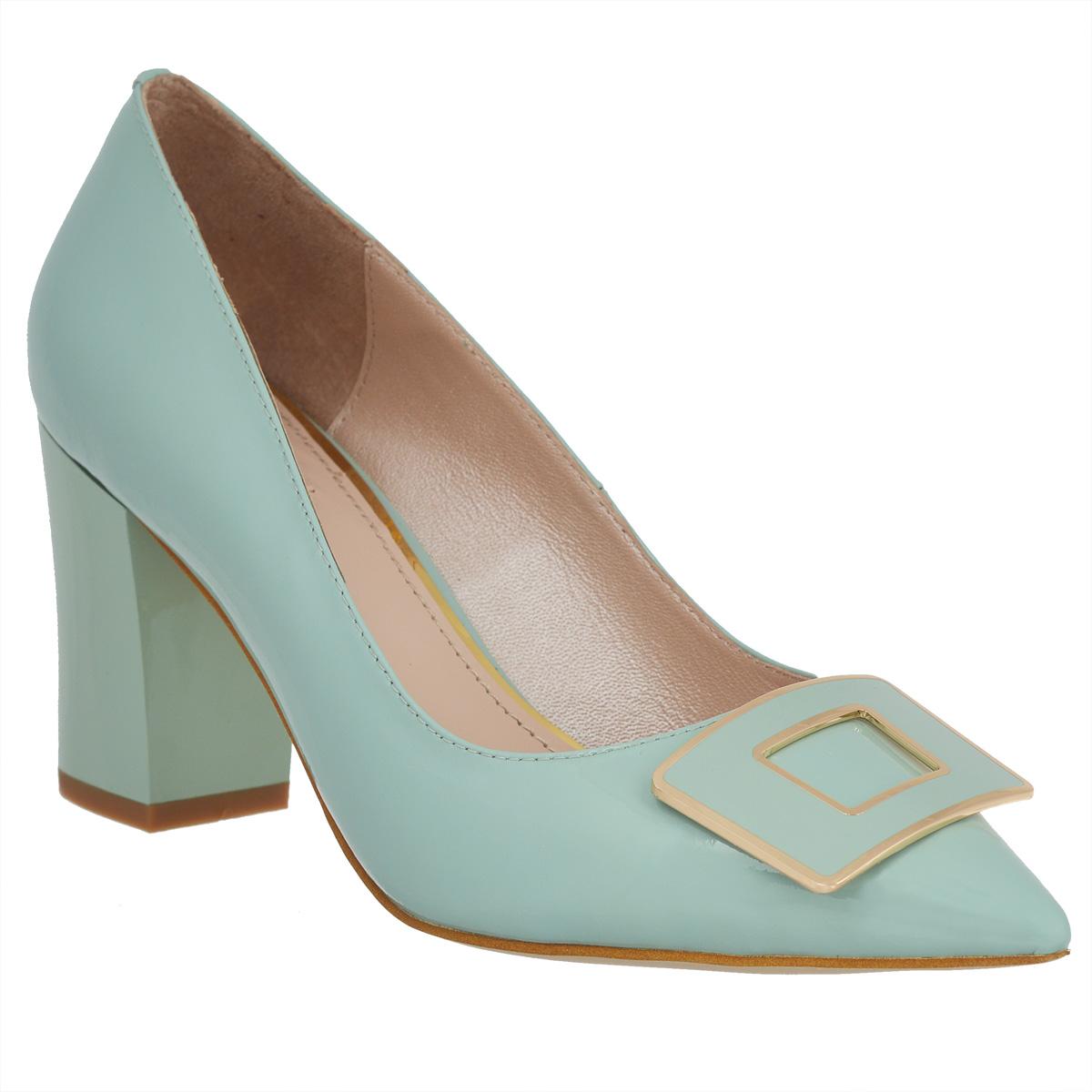 70128Изысканные женские туфли Vitacci займут достойное место среди вашей коллекции обуви. Модель изготовлена из лакированной натуральной кожи. Мыс изделия оформлен прямоугольным декоративным элементом из металла, стилизованным под пряжку. Зауженный носок добавит женственности в ваш образ. Стелька из натуральной кожи позволит ногам дышать. Умеренной высоты толстый каблук обеспечит комфорт при ходьбе. Каблук и подошва дополнены противоскользящим рифлением. Прелестные туфли покорят вас с первого взгляда.