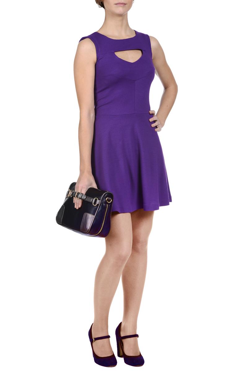 Платье. 50945094Стильное платье Mondigo выполнено из высококачественных материалов - микрофибры и вискозы с добавлением полиамида и эластана. Модель с отрезной талией и круглым вырезом горловины, без рукавов. На груди изделие оформлено треугольным вырезом. Платье длиной выше колена. На спинке застегивается на потайную молнию. Модное платье лаконичного дизайна - идеальный вариант на каждый день.