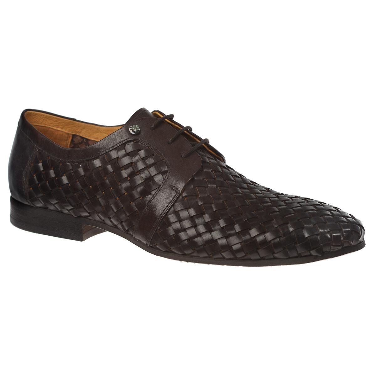 Туфли мужские. M77033M77033Трендовые мужские туфли Vitacci займут достойное место в вашем гардеробе. Модель изготовлена из высококачественной натуральной кожи и оформлена декоративным плетением. Подъем туфель украшен небольшой металлической пластиной с названием и логотипом бренда. Шнуровка прочно зафиксирует модель на вашей ноге. Стелька из натуральной кожи позволяет ногам дышать. Низкий каблук и подошва с противоскользящим рифлением обеспечивают отличное сцепление с любой поверхностью. Стильные туфли не оставят равнодушным ни одного мужчину.