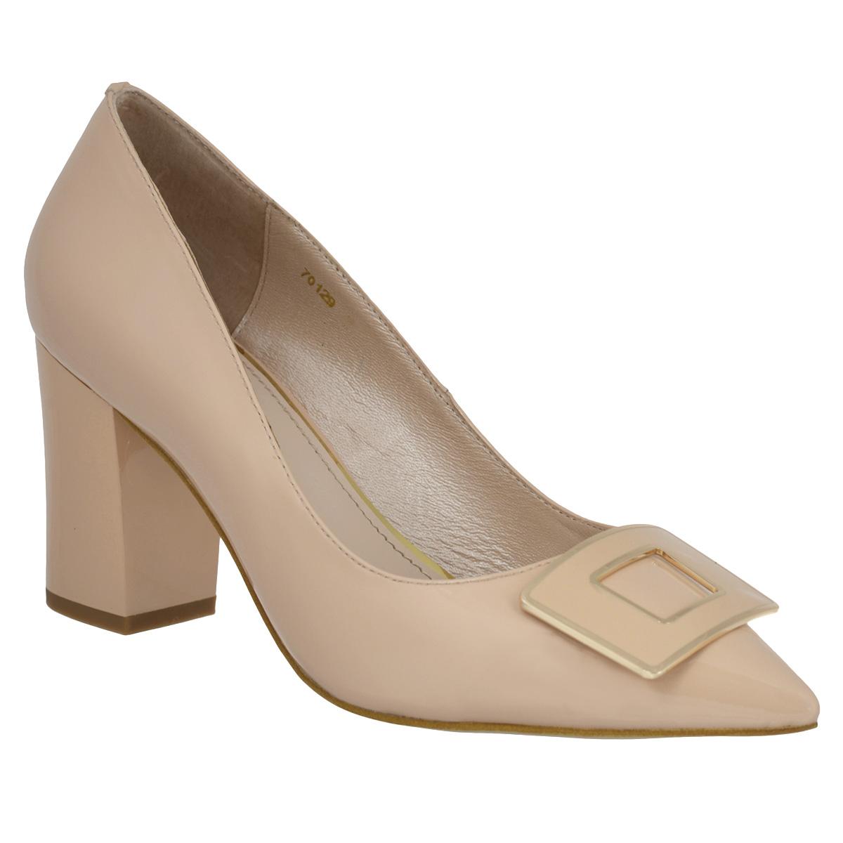 Туфли женские. 701270128Изысканные женские туфли Vitacci займут достойное место среди вашей коллекции обуви. Модель изготовлена из лакированной натуральной кожи. Мыс изделия оформлен прямоугольным декоративным элементом из металла, стилизованным под пряжку. Зауженный носок добавит женственности в ваш образ. Стелька из натуральной кожи позволит ногам дышать. Умеренной высоты толстый каблук обеспечит комфорт при ходьбе. Каблук и подошва дополнены противоскользящим рифлением. Прелестные туфли покорят вас с первого взгляда.