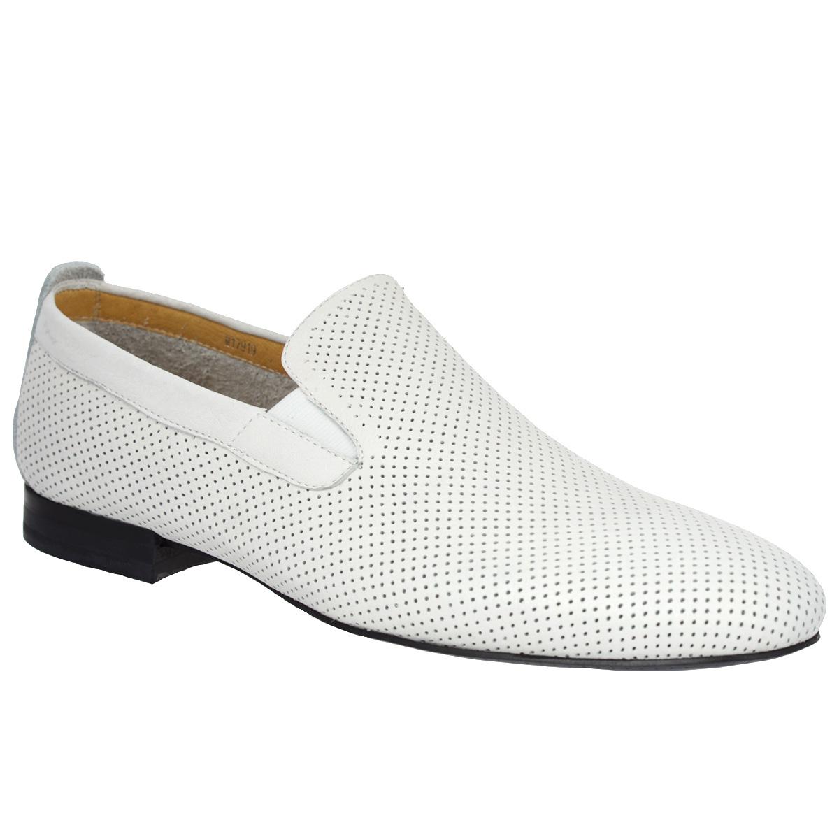 M17919Элегантные мужские туфли Vitacci займут достойное место в вашем гардеробе. Модель изготовлена из натуральной кожи и оформлена перфорацией для лучшей воздухопроницаемости, задним ремнем. Резинки, расположенные на подъеме, обеспечивают оптимальную посадку модели на ноге. Стелька из натуральной кожи дополнена нашивкой с названием бренда. Низкий каблук устойчив. Подошва с рифлением обеспечивает идеальное сцепление с любой поверхностью. Стильные туфли не оставят равнодушным ни одного мужчину.