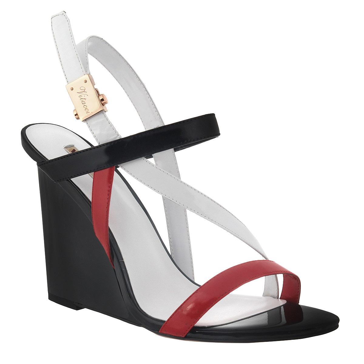 Босоножки. 50134501341Стильные босоножки Vitacci - незаменимая вещь в гардеробе каждой женщины. Модель выполнена из высококачественной натуральной кожи и исполнена в трех цветах. Изделие оформлено переплетенными ремешками, которое надежно зафиксируют модель на ноге. Один из фиксирующих ремешков застегивается при помощи оригинального металлического замочка, декорированного названием бренда. Стелька из натуральной кожи обеспечивает комфорт при ходьбе. Высокая танкетка дополнена платформой. Подошва с рифлением не скользит. Изысканные босоножки прекрасно дополнят ваш женственный образ.