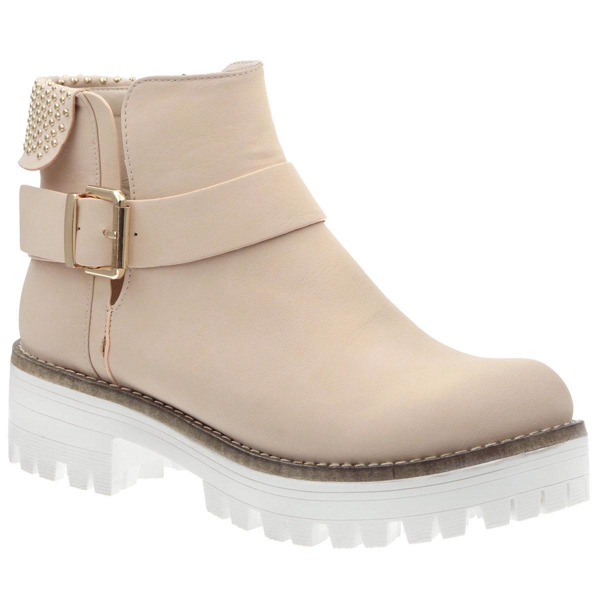 ST6-A0167Трендовые женские ботинки от Itemblack не оставят равнодушной настоящую модницу! Модель изготовлена из искусственного нубука и оформлена небольшим отворотом на голенище, украшенным россыпью металлических бусин, крупной прострочкой по ранту. Подъем декорирован ремнем с пряжкой, боковая сторона - глубоким V-образным вырезом. Ботинки застегиваются на застежку-молнию, расположенную на боковой стороне. Подкладка и стелька выполнены из искусственной кожи. Каблук и подошва с рифленым протектором обеспечивают идеальное сцепление с любой поверхностью. Ультрамодные ботинки помогут вам создать запоминающийся образ и подчеркнут вашу индивидуальность.