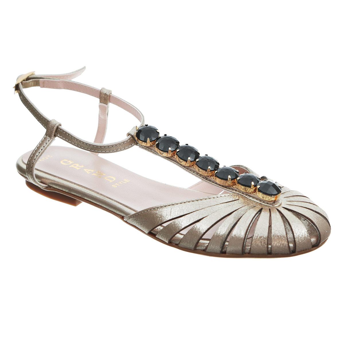 Сандалии женские. 2603-722603-72Роскошные женские сандалии от Grand Style не оставят вас незамеченной! Модель выполнена из натуральной кожи с блестящей поверхностью. Мысок с прорезями смотрится невероятно стильно. Ремешок на подъеме оформлен крупными искусственными камнями в металлической оправе. Ремешок с прямоугольной металлической пряжкой прочно зафиксирует модель на вашей щиколотке. Длина ремешка регулируется за счет болта. Стелька из натуральной кожи обеспечивает максимальный комфорт при движении. Низкий каблук и подошва с рифлением не скользят. Модные сандалии прекрасно дополнят ваш летний наряд.