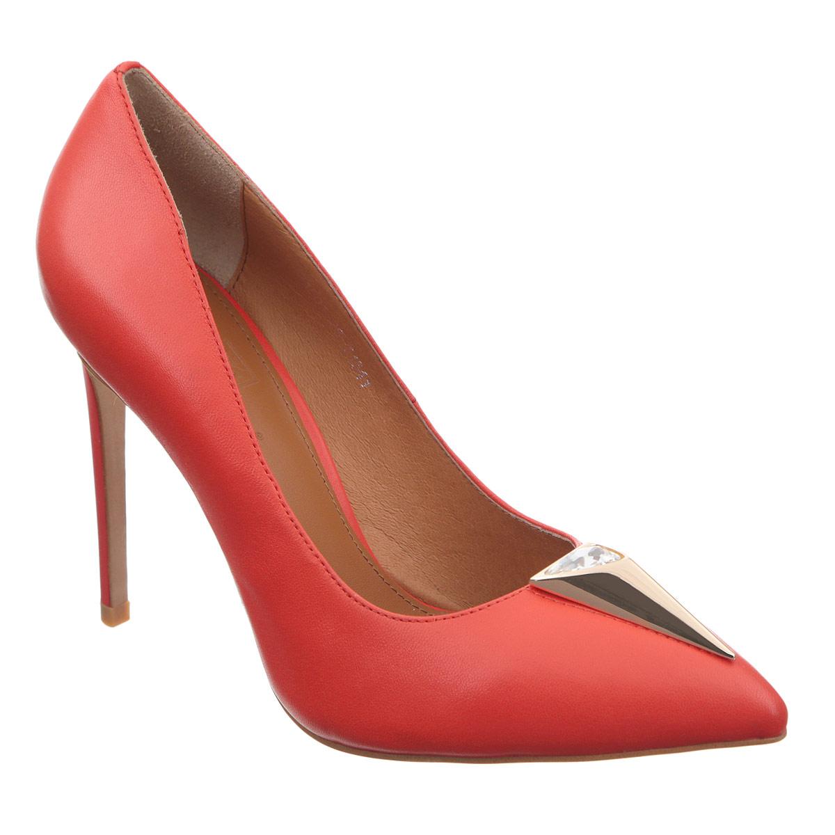 Туфли женские. 1501-28/T15411501-28/T1541Оригинальные женские туфли Grand Style заинтересуют вас своим дизайном. Модель выполнена из высококачественной натуральной кожи. Мыс туфель оформлен декоративным треугольным элементом из металла, инкрустированным крупным стразом. Зауженный носок добавит женственности в ваш образ. Стелька из натуральной кожи позволяет ногам дышать. Высокий каблук-шпилька компенсирован скрытой платформой. Подошва с рифлением обеспечивает отличное сцепление с любой поверхностью. Изысканные туфли добавят шика в модный образ и подчеркнут ваш безупречный вкус.