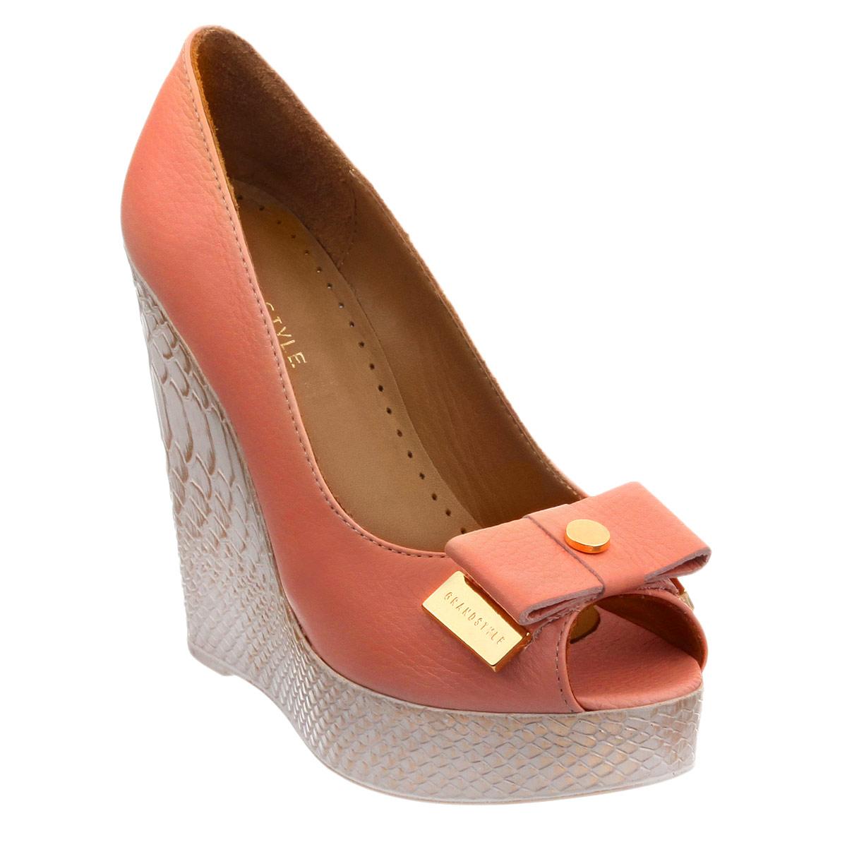 Туфли женские. D15YA-0212D15YA-0212Роскошные туфли Grand Style - незаменимая вещь в гардеробе настоящей модницы. Модель выполнена из натуральной кожи. Мыс изделия декорирован стильным бантиком, дополненным круглой металлической пластиной посередине и металлическими пластинами с названием бренда на концах. Открытый носок добавляет женственные нотки в образ. Мягкая стелька из натуральной кожи с перфорацией обеспечивает комфорт и удобство при ходьбе. Высокая танкетка оформлена узором, имитирующим змеиную чешую. Рифленая поверхность подошвы защищает изделие от скольжения. Трендовые туфли помогут вам создать яркий, запоминающийся образ.