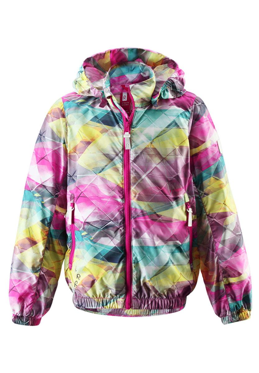 531128_4705Детская ветровка Reima Maalaa - идеальный выбор как для активных и динамичных игр на открытом воздухе, так и для прогулок по городу. Она необыкновенно легкая из-за отсутствия подкладки. Куртка изготовлена из 100% полиэстера. Пропускающая воздух куртка - безусловный фаворит для летних вечеров и прогулок на лодке. Куртка с воротником-стойкой и капюшоном застегивается на пластиковую застежку-молнию и дополнительно имеет внутреннюю ветрозащитную планку, а также защиту подбородка. Капюшон, присборенный по бокам на резинку, защитит нежные щечки от ветра, он пристегивается к куртке при помощи кнопок. Капюшон безопасен во время игр на улице, так как, если он за что-нибудь зацепится, то его легко можно отстегнуть. Понизу модель дополнена эластичной неширокой эластичной резинкой. Спереди предусмотрены два прорезных кармана на застежках-молниях. Края рукавов дополнены неширокими эластичными манжетами. Оформлена модель оригинальным принтом. Светоотражающие вставки не оставят вашего ребенка...