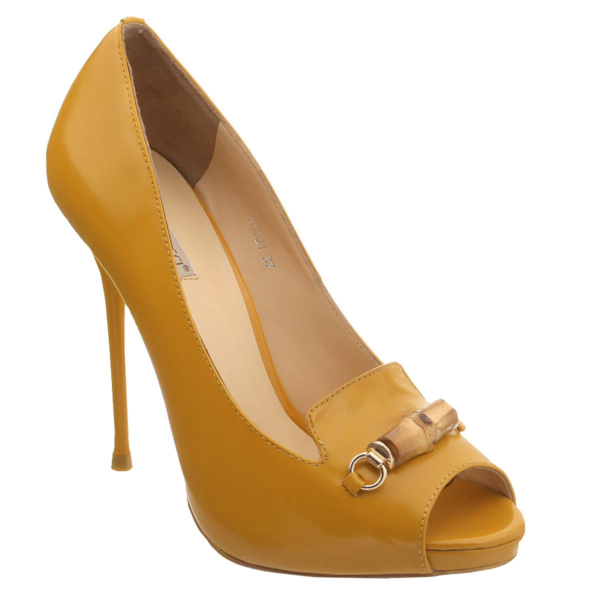 591021Модные женские туфли Vitacci, стилизованные под лоферы, заинтересуют вас своим дизайном. Модель выполнена из натуральной высококачественной кожи. Мыс туфель оформлен металлическим украшением оригинальной формы со вставкой из бамбука. Открытый носок добавляет женственности в образ. Верх изделия дополнен небольшими вырезами. Подкладка и стелька из натуральной кожи обеспечивают комфорт при движении. Ультравысокий каблук-шпилька компенсирован скрытой платформой. Подошва дополнена противоскользящим рифлением. Роскошные туфли помогут вам создать элегантный образ.