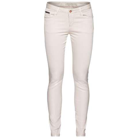 БрюкиB475006Стильные женские брюки Calvin Klein Jeans, изготовленные из качественного материала, созданы для модных и ярких девушек. Модель, зауженная книзу, с ширинкой на молнии дополнительно застегивается на пуговицу. Брюки дополнены двумя прорезными карманами и скрытым кармашком спереди и двумя накладными карманами сзади. На поясе имеются шлевки для ремня. К низу брючины покрыты глянцем. В этих модных брюках вы будете чувствовать себя уверенно, оставаясь в центре внимания.