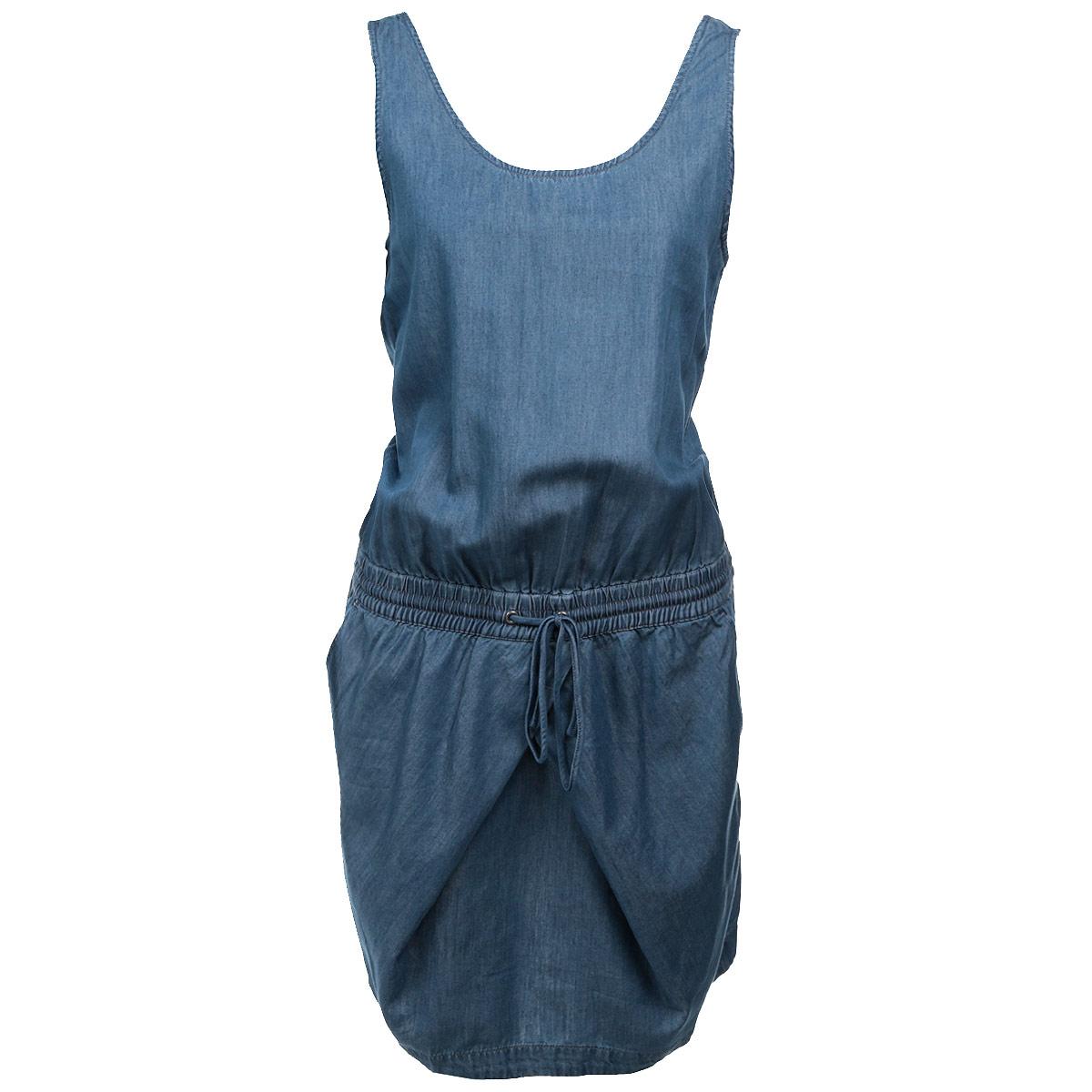 ПлатьеB475006Стильное легкое платье Calvin Klein Jeans приталенного силуэта, изготовленное из высококачественного денима, очень мягкое на ощупь, не раздражает даже самую нежную и чувствительную кожу и хорошо вентилируется. Модель с круглым вырезом горловины, на широких бретелях. На талии предусмотрена широкая эластичная резинка и затягивающийся шнурок. По бокам расположены втачные карманы. Сзади - имитащия прорезных кармашков. В таком наряде вы, безусловно, привлечете восхищенные взгляды окружающих.