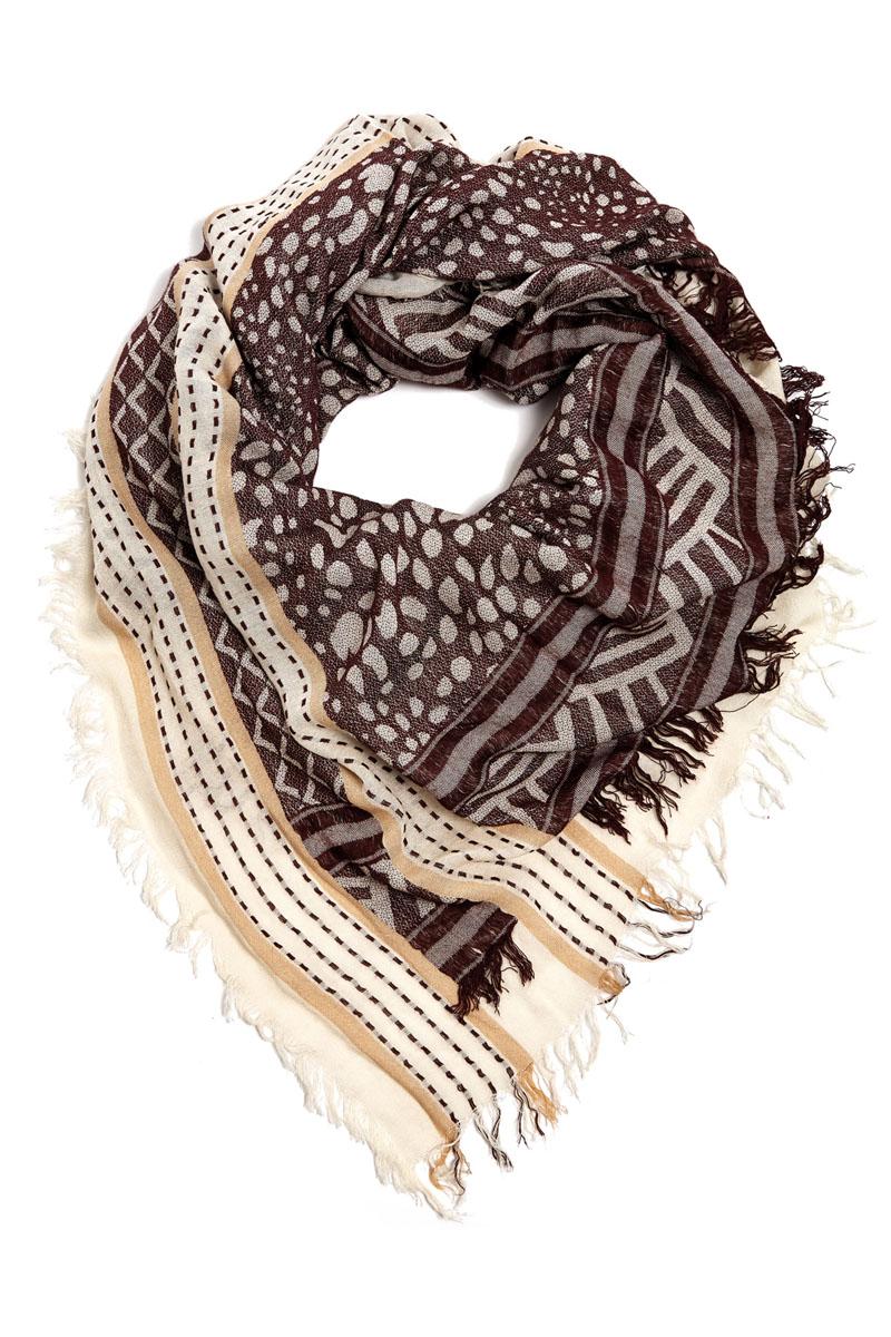 Платок женский. 21001-0421001-04EСтильный платок Moltini станет великолепным завершением любого наряда. Платок изготовлен из вискозы с добавлением шелка. Он украшен бахромой и оформлен оригинальным орнаментом. Классическая квадратная форма позволяет носить его на шее, украшать прическу или декорировать сумочку. Мягкий и шелковистый платок поможет вам создать оригинальный женственный образ. Такой платок превосходно дополнит любой наряд и подчеркнет ваш неповторимый вкус и элегантность.