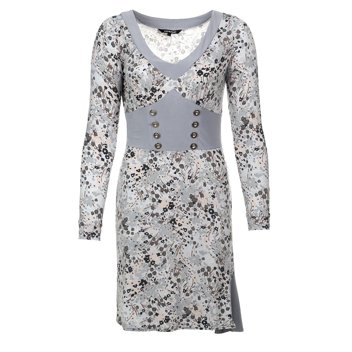 Платье1-12-5-16Стильное платье из тяжелого струящегося трикотажа с цветочным узором подойдет не только для повседневной носки, но и с легкостью создаст романтический образ. Одна однотонная вставка подчеркивает V-образный вырез горловины, другая - имитирует корсет с двумя рядами пуговиц и небольшой клинышек в подоле. Это стильное платье станет прекрасным выбором для офиса или просто встреч с друзьями.