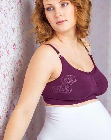 Б-284Топ бесшовный послеродовой ФЭСТ обеспечивает максимальный комфорт благодаря мягкости и эластичности. Рекомендуется носить с первого дня после родов. Топ незаменим при колебаниях размера груди в период установления лактации. Специально разработанные переплетения позволяют топу растягиваться вместе с увеличивающейся молочной железой, что защищает грудь от потери формы и растяжений кожи. Комфортная модель имеет застёжку сзади как у бюстгальтера. Широкий пояс топа обеспечивает усиленную боковую поддержку груди. Верхняя часть чашечки отстёгивается. Бретели регулируются. Модель выполнена из нежной дышащей микрофибры, устойчивой к механическим и химическим воздействиям во время стирки. Топ декорирован оригинальным вывязанным узором.