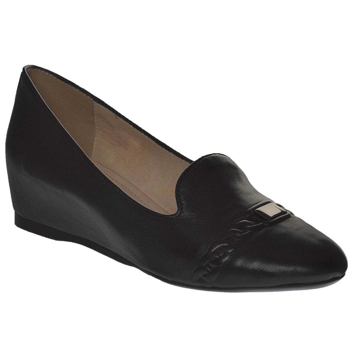 Туфли женские. 201-133-0201-133-01Роскошные туфли от Dino Ricci - незаменимая вещь в гардеробе настоящей модницы. Модель на скрытой танкетке выполнена из высококачественной натуральной кожи. Мыс изделия декорирован конгревом в виде цепи и декоративным элементом из металла. Мягкая стелька из натуральной кожи обеспечивает комфорт и удобство при ходьбе. Рифленая поверхность подошвы защищает изделие от скольжения. Трендовые туфли помогут вам создать яркий, запоминающийся образ.
