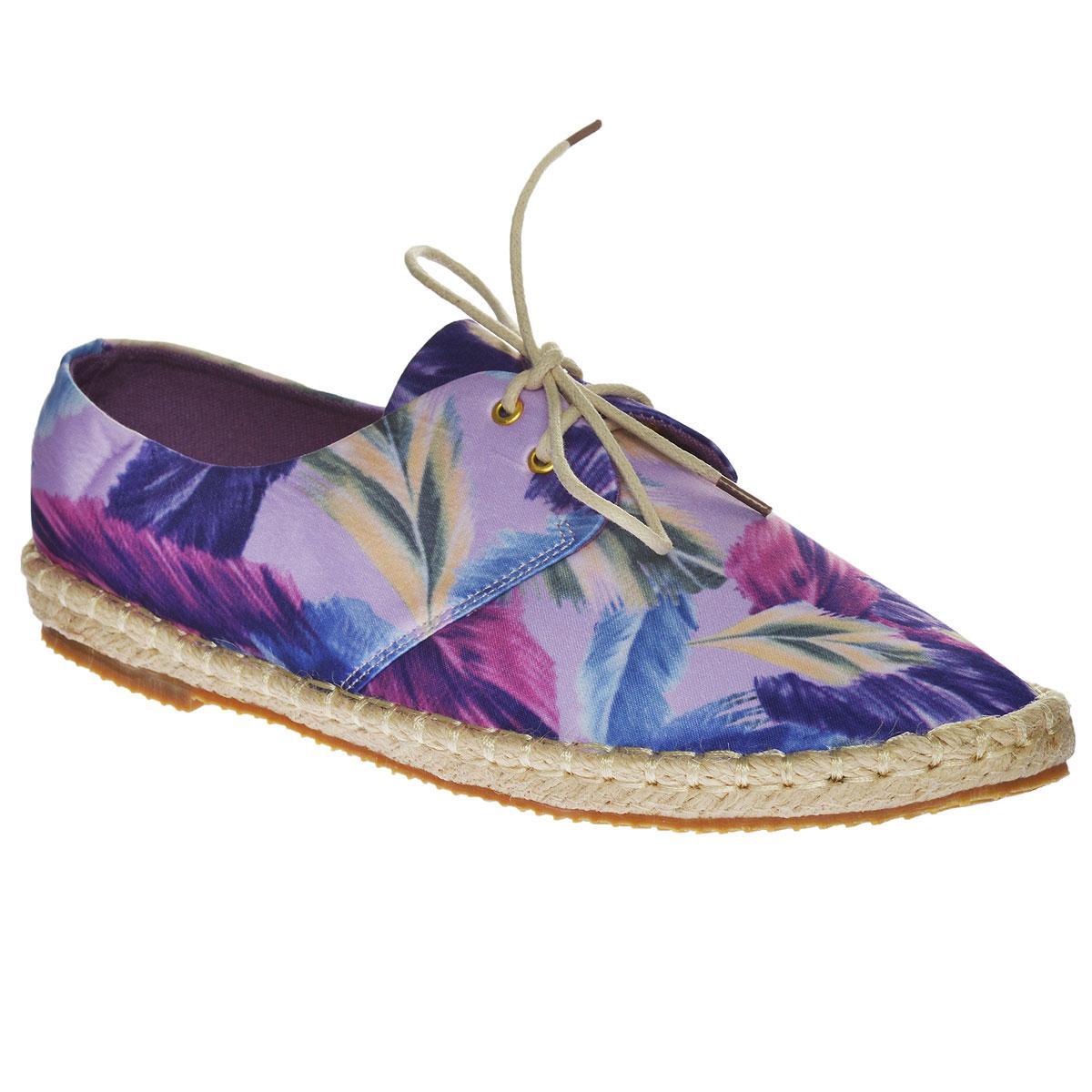 247-08-02(T)Очаровательные женские эспадрильи от Dino Ricci очаруют вас с первого взгляда. Модель выполнена из высококачественного текстиля и декорирована изображением листьев. Рант оформлен крупной декоративной прострочкой. Шнуровка обеспечивает надежную фиксацию обуви на ноге. Мягкая текстильная стелька, дополненная уплотнением из натуральной кожи на пятке, обеспечивает комфорт при движении. Верх подошвы выполнен из плетеной джутовой нити, низ - из полимера. Рифленая поверхность подошвы защищает изделие от скольжения. Стильные эспадрильи отлично подойдут для простой прогулки и для дальней поездки.