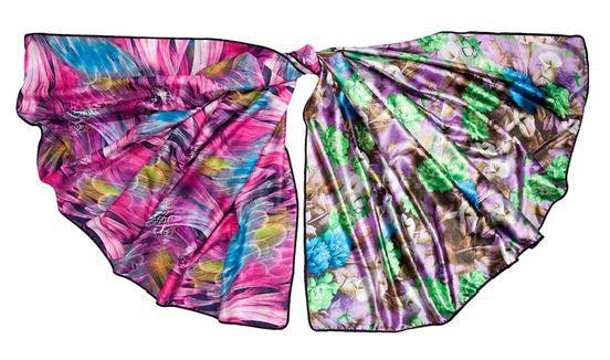 Платок23/0294/180Стильный платок Модные истории станет великолепным завершением любого наряда. Платок изготовлен из полиэстера. Он оформлен красочным цветочным рисунком с одной стороны и ярким авангардным принтом с другой. Классическая квадратная форма позволяет носить его на шее, украшать прическу или декорировать сумочку. Мягкий и шелковистый платок поможет вам создать оригинальный женственный образ. Такой платок превосходно дополнит любой наряд и подчеркнет ваш неповторимый вкус и элегантность.